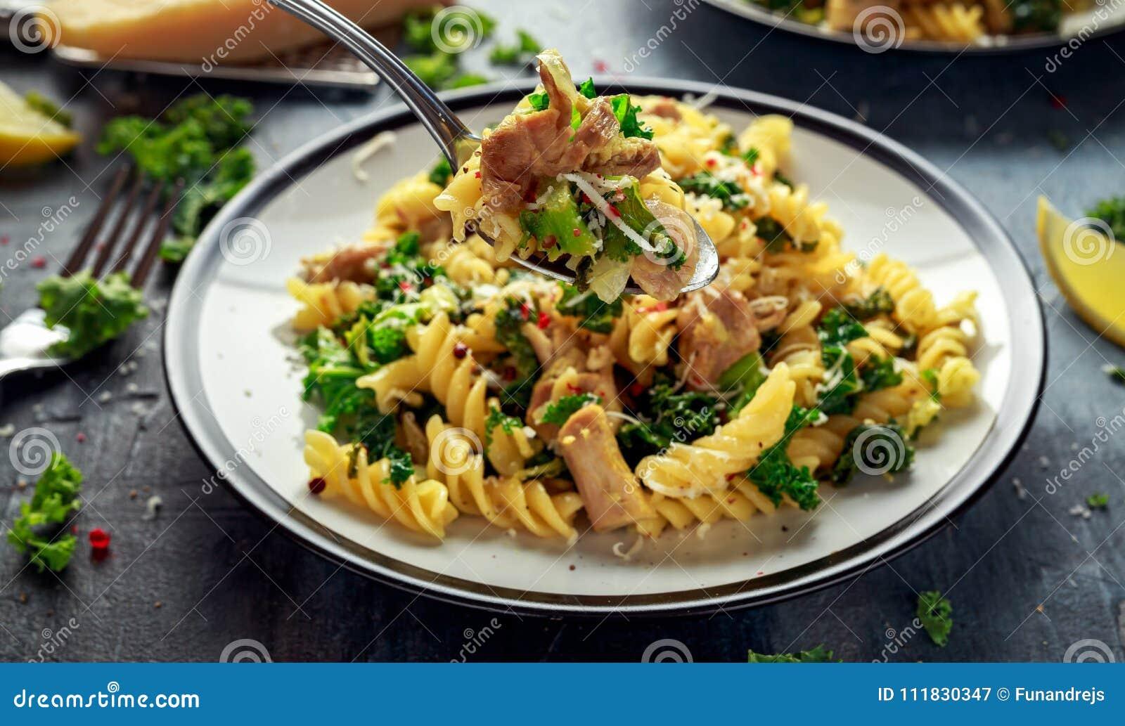 Fusilli hecho en casa de las pastas con el pollo, la col rizada verde, el ajo, el limón y el queso parmesano Comida casera sana