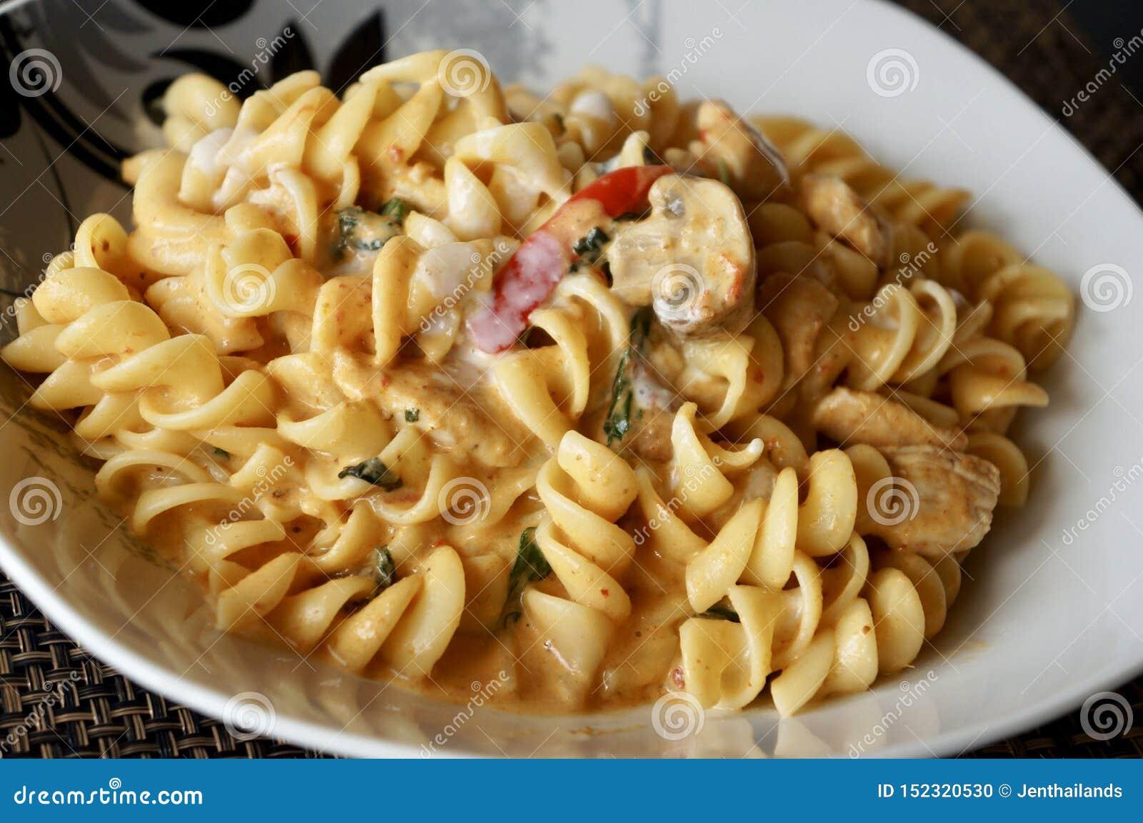Fusilli pasta med grön currysås och höna