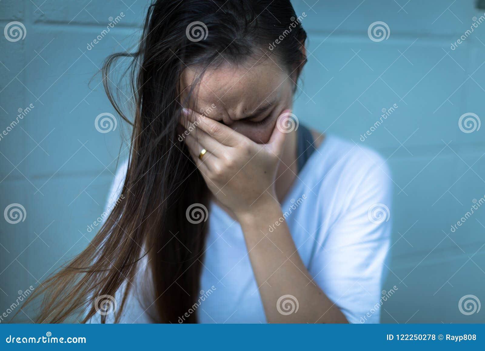 Fustrated deprimerad kvinna som rymmer hennes händer över henne framsida