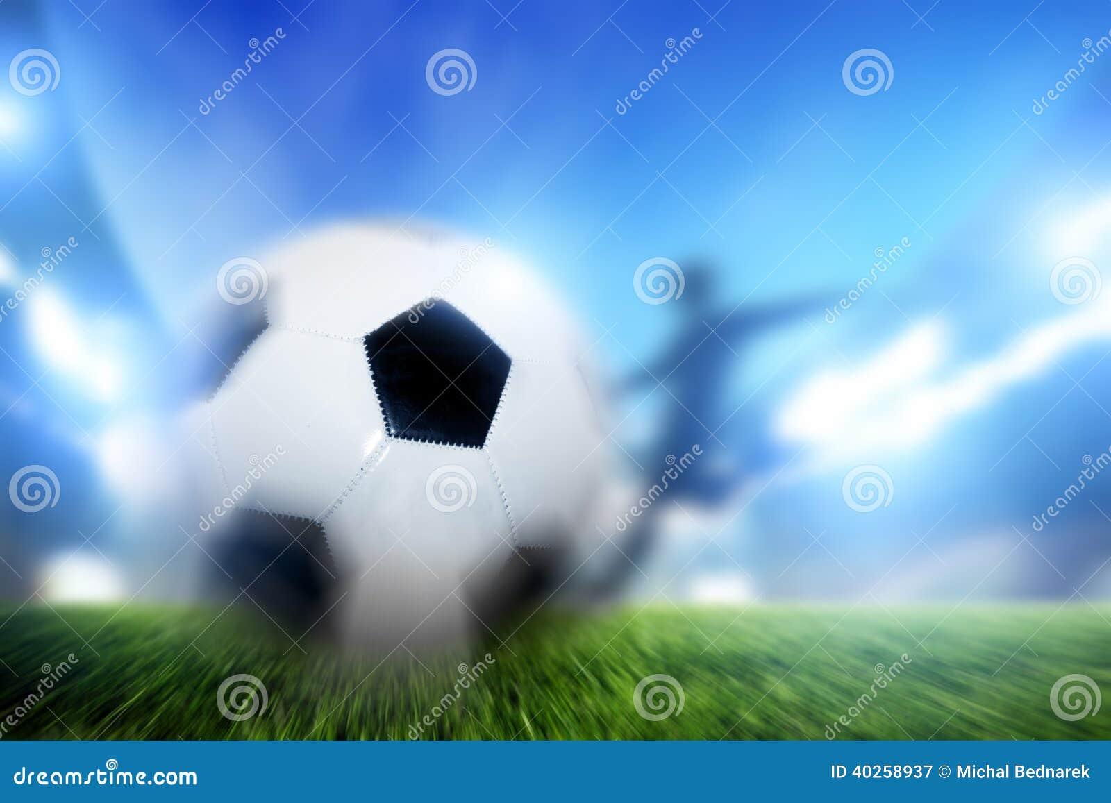 Futbol, mecz piłkarski. Gracz mknąca piłka na celu