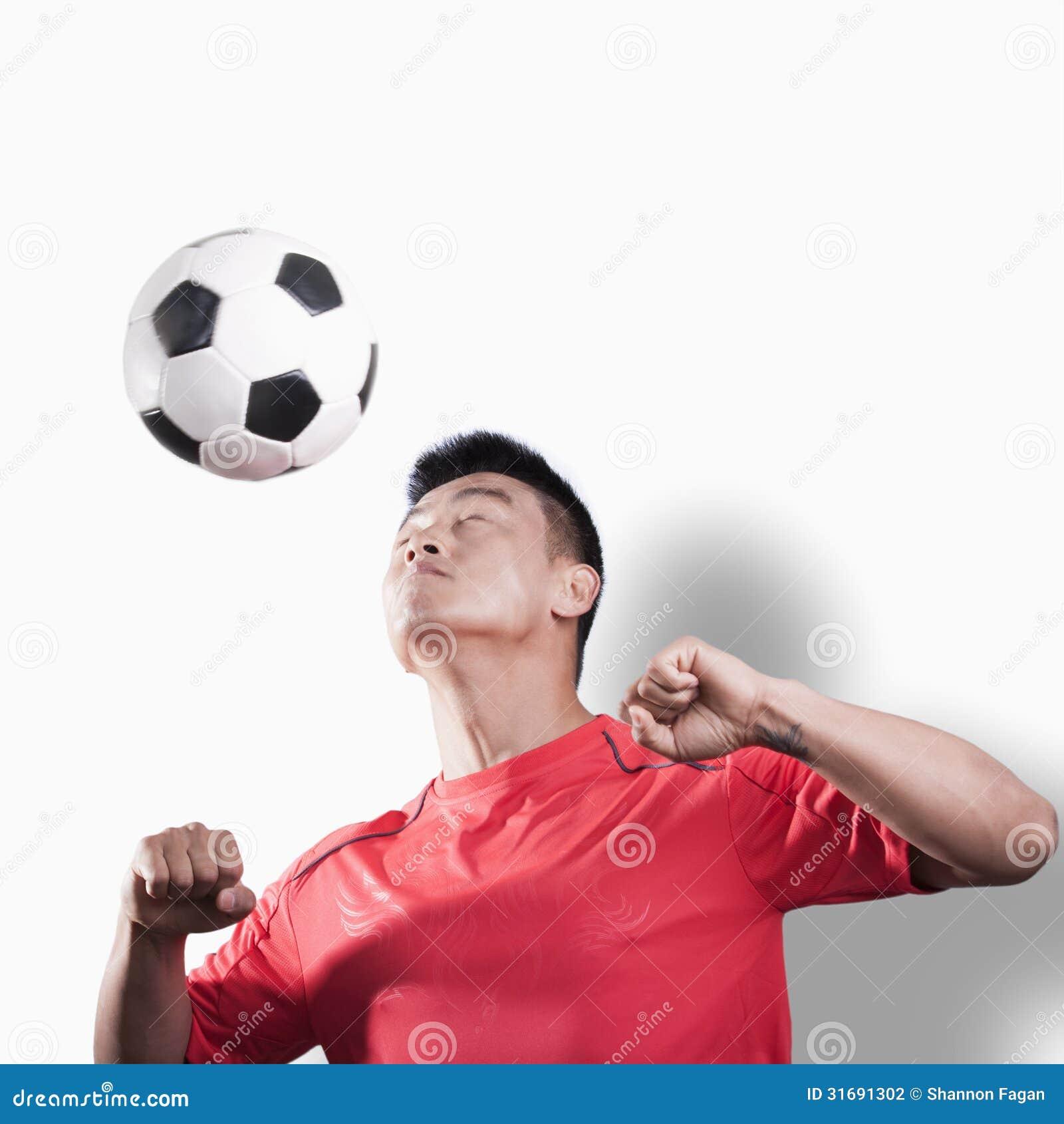 Futbolista przewodzi balowego, białego tło,