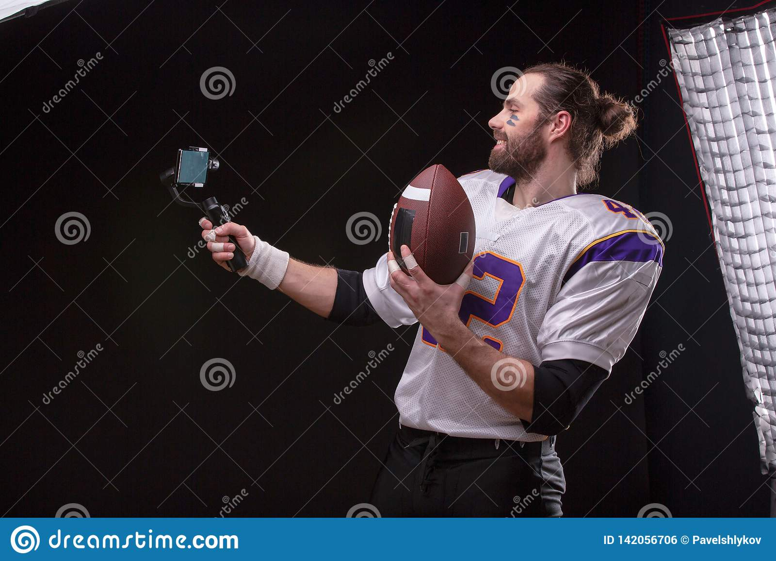 Futbolista z smartfone na gimbal