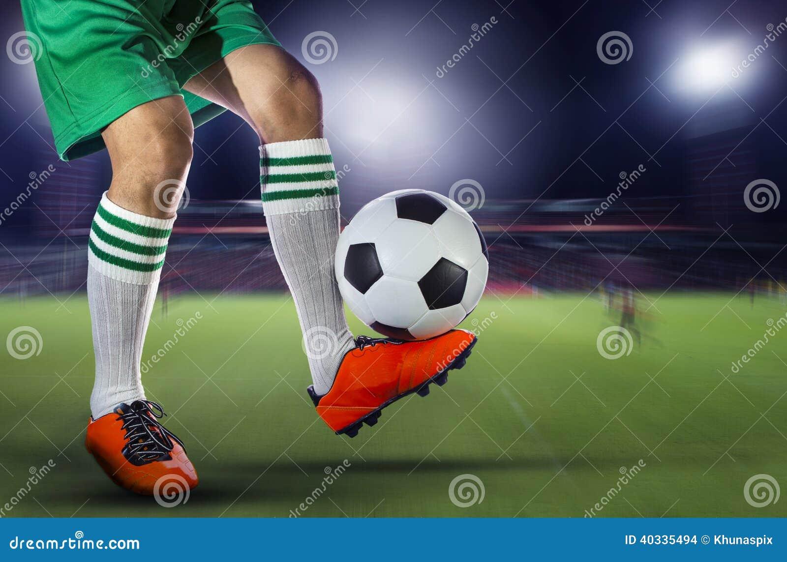 0a6e5b7b969a8 Futbolistas del fútbol y balón de fútbol con la falta de definición de  movimiento del spor