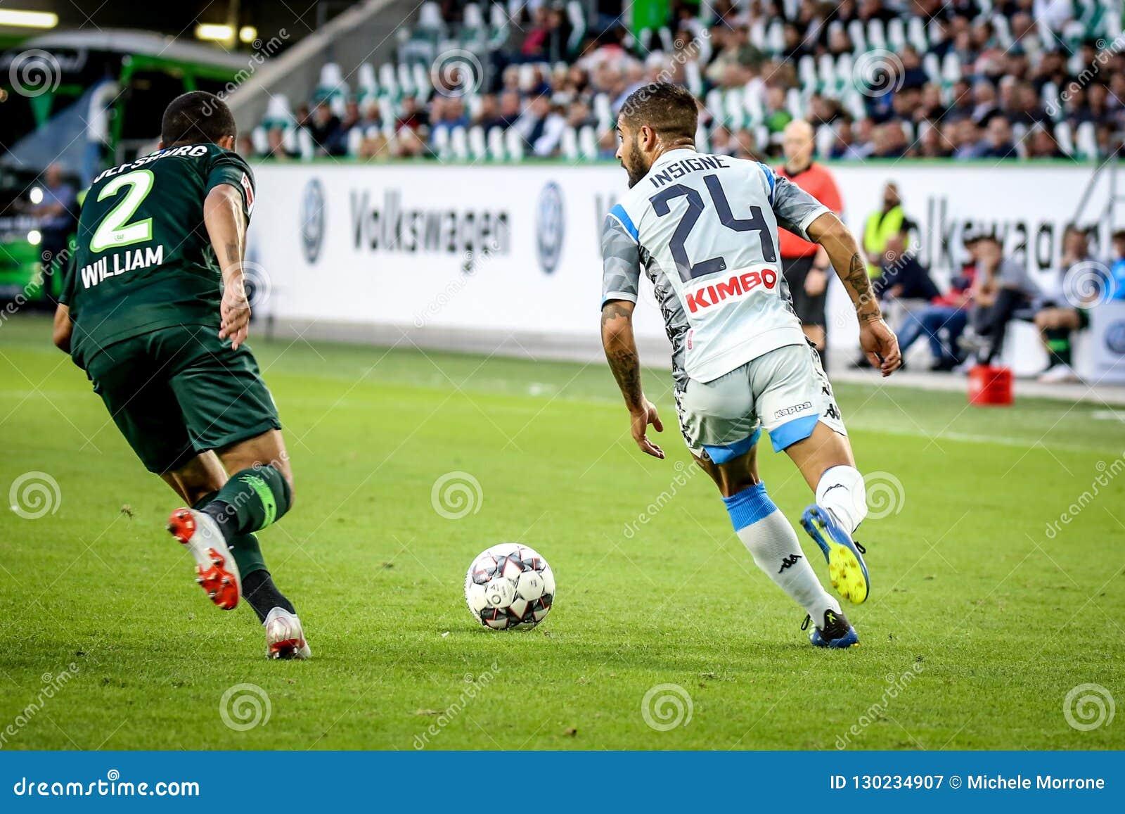 Futbolistas Lorenzo Insigne y Guillermo en la acción durante el partido