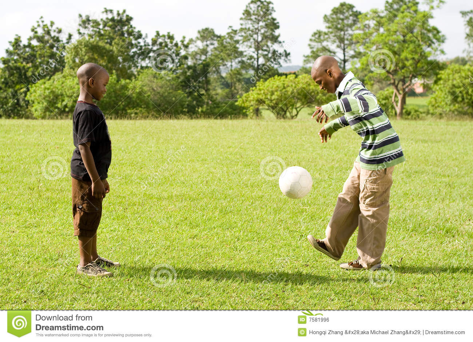 Futbolowy bawić się dzieciaków