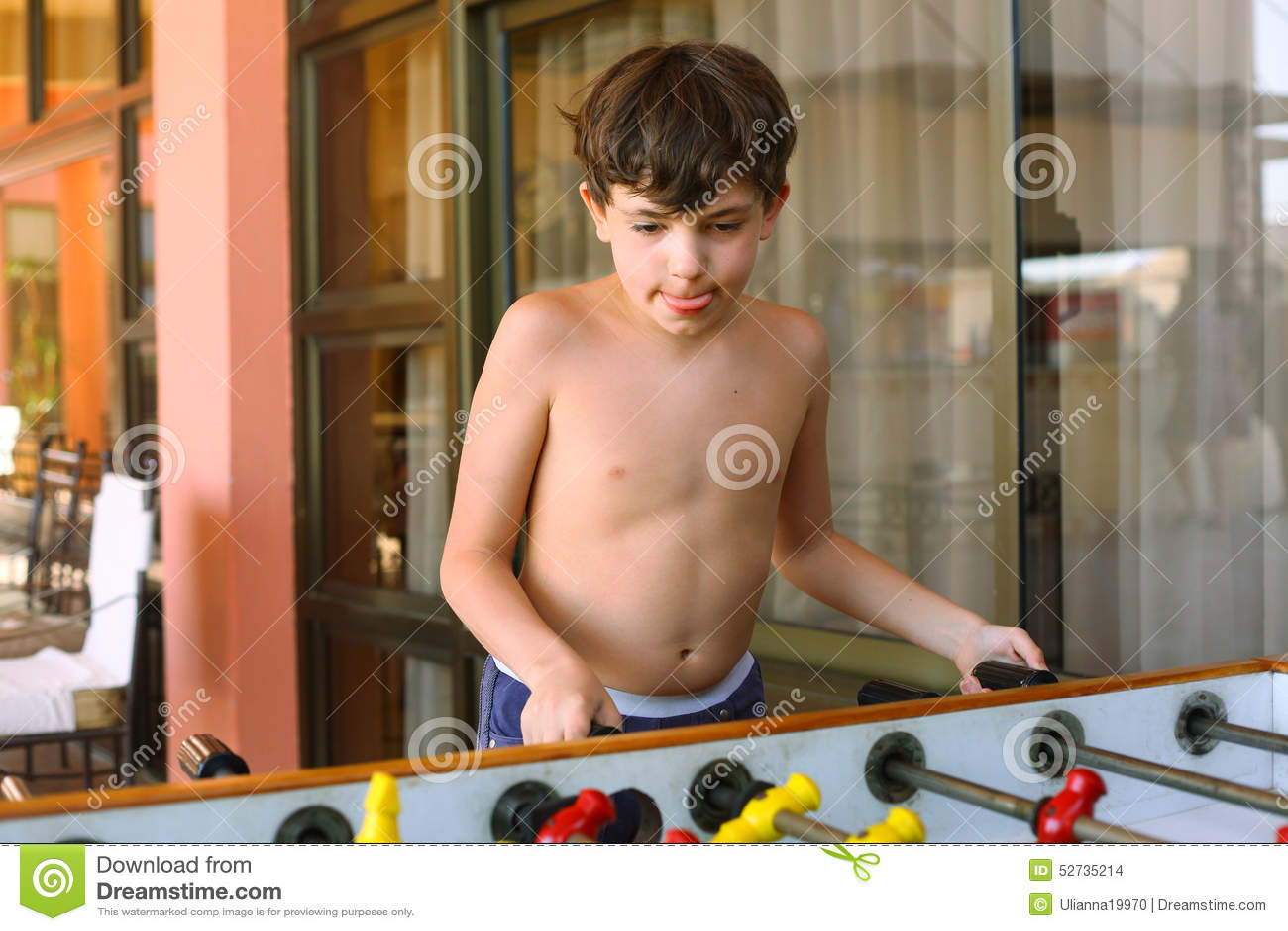 Futebol considerável da tabela do jogo do menino do preteen no hotel de estância de verão rec