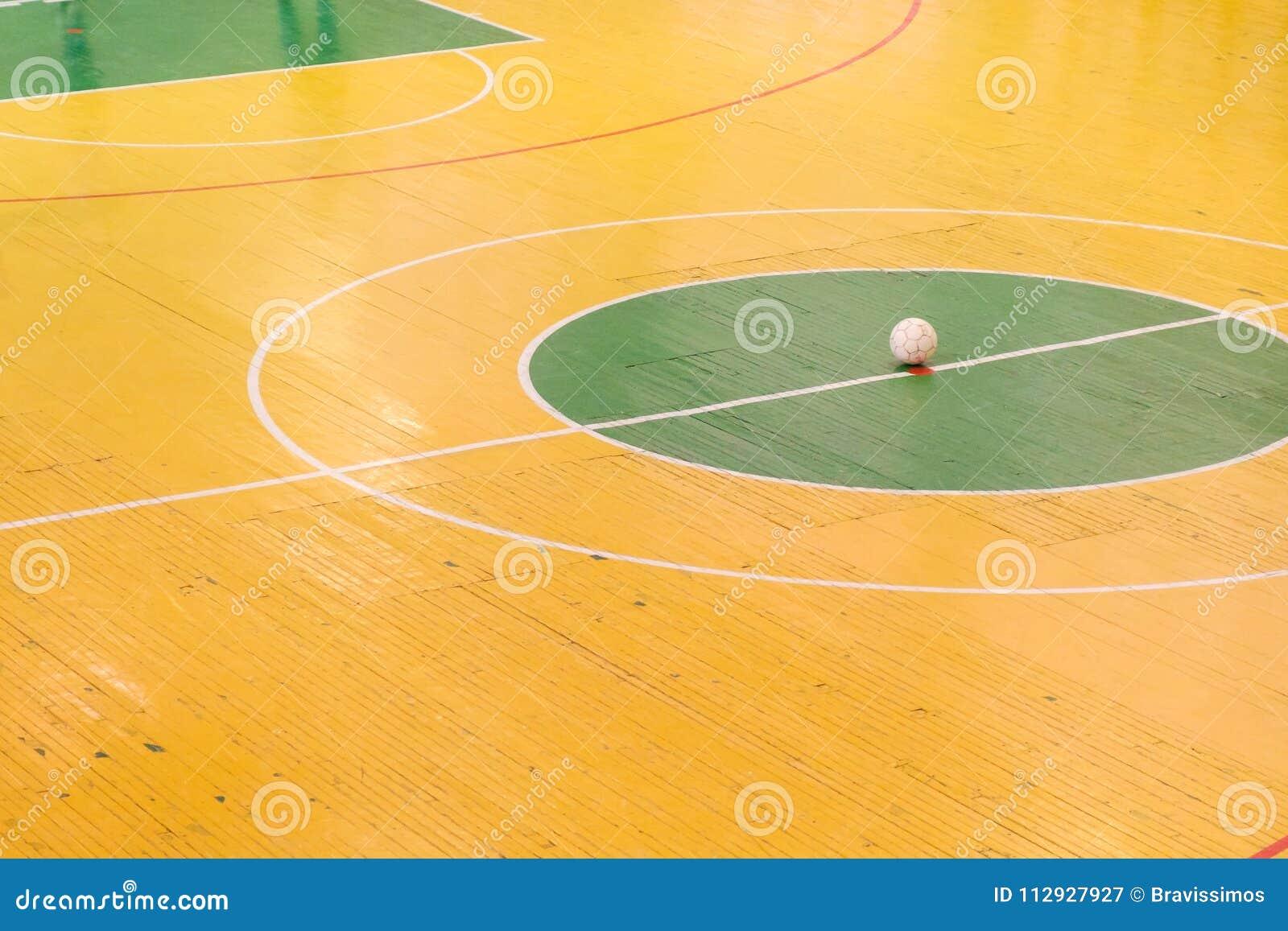 Futebol interno ou estádio futsal com uma margem de benefício brilhante do  campo de ação e da bola no centro Campo de jogos do futebol Vista superior 2000195e37e59