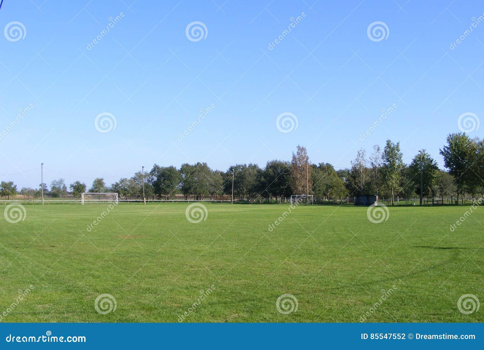Futebol rural, passo tomado do anfiteatro em uma mola ensolarada, dia do futebol de verões