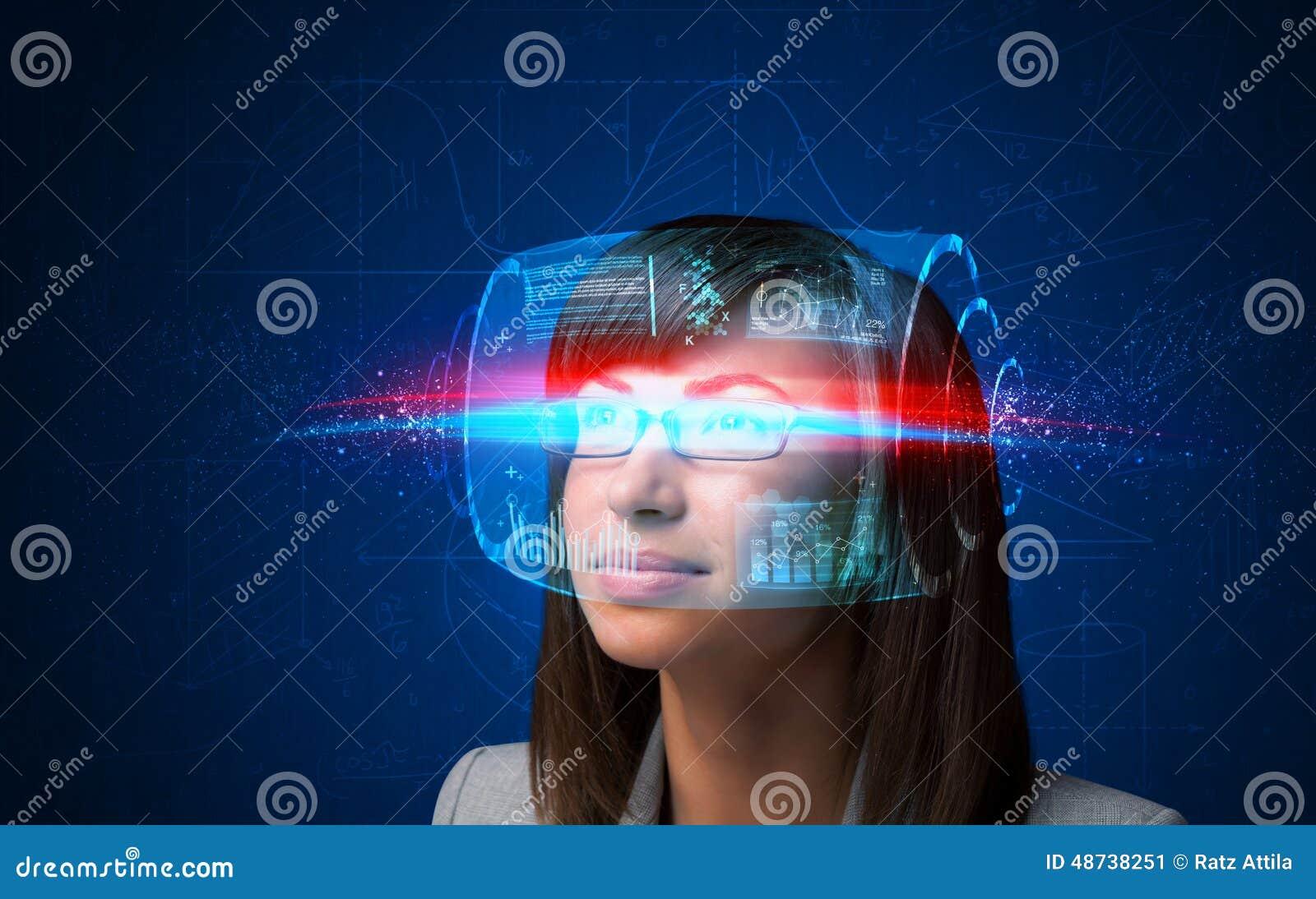 Future femme avec les verres futés de pointe