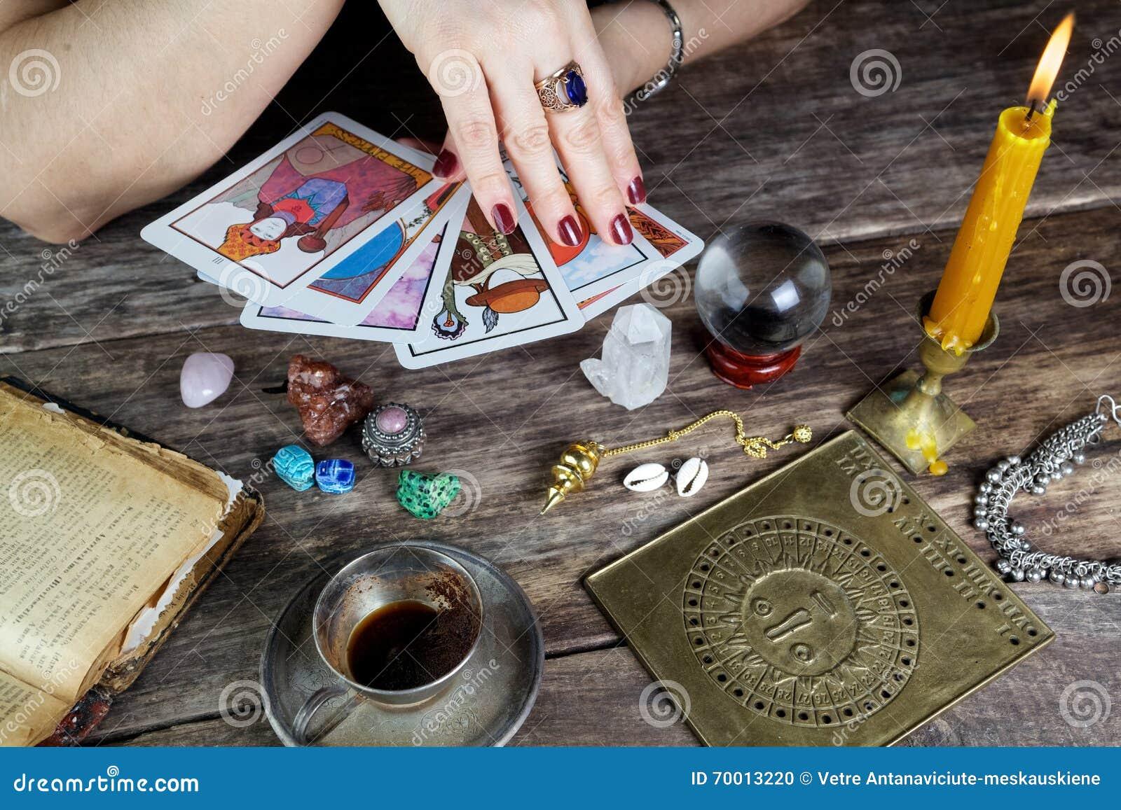 Futuro de predição da mulher do caixa de fortuna dos cartões