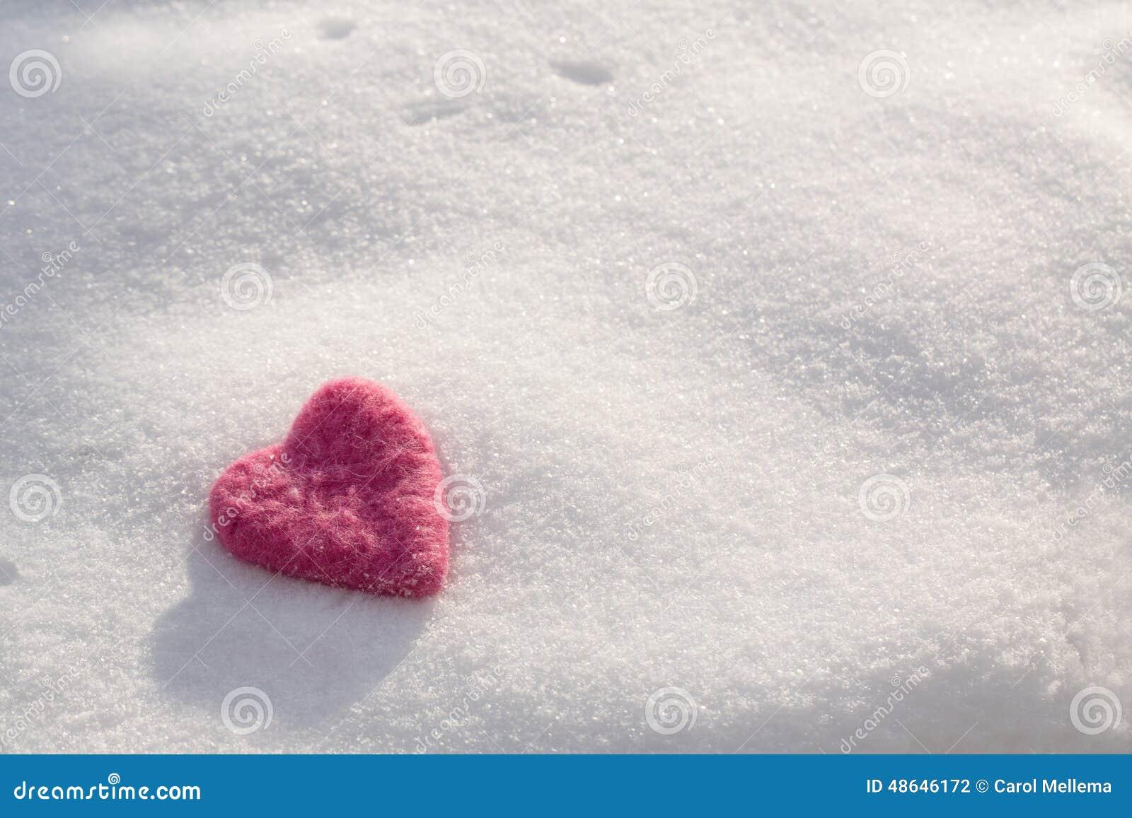 Fuzzy Pink Valentines Day Heart en nieve