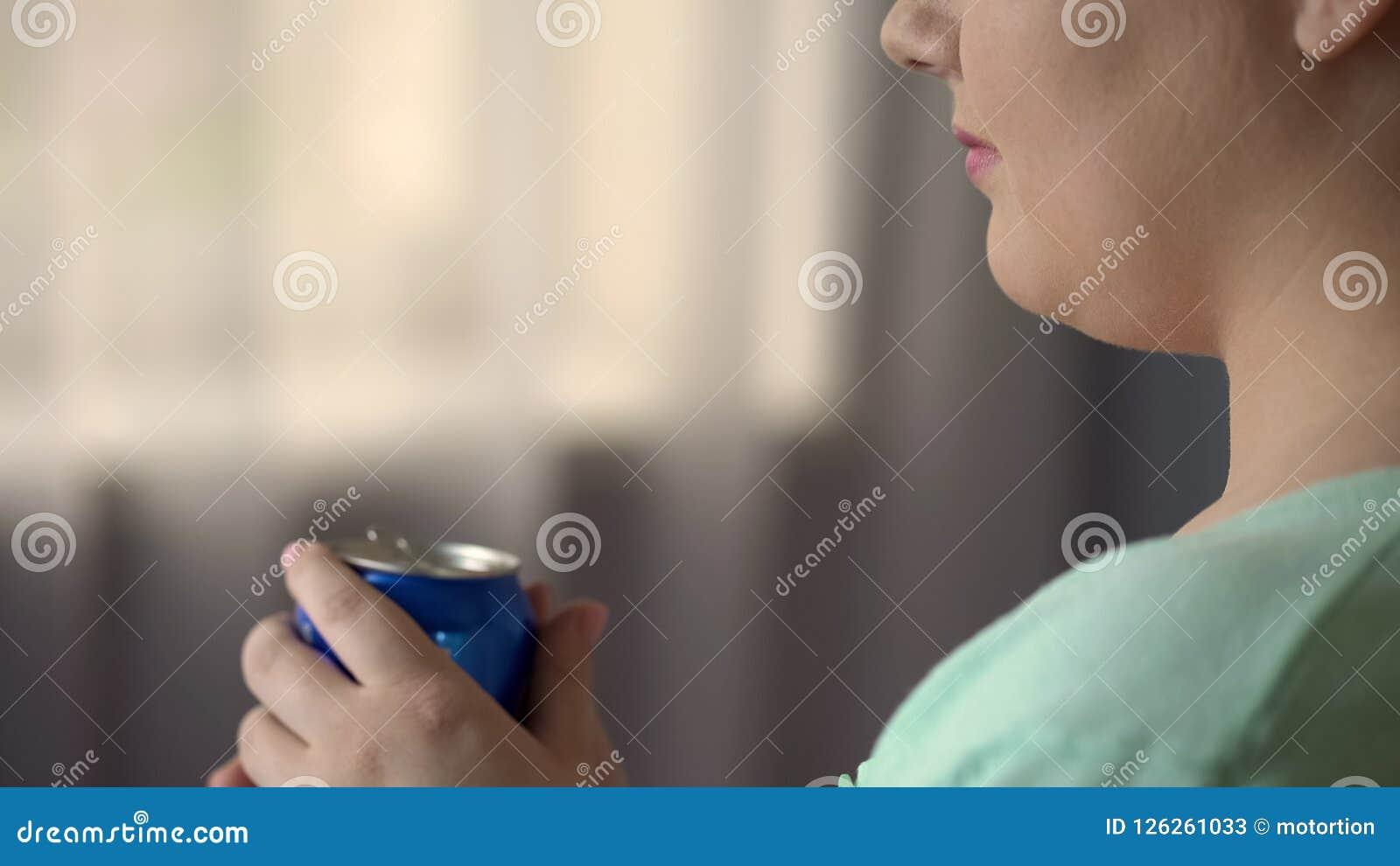 Fyllig kvinnlig dricka sodavatten eller öl på partiet bara, skräpmat orsakar övervikt