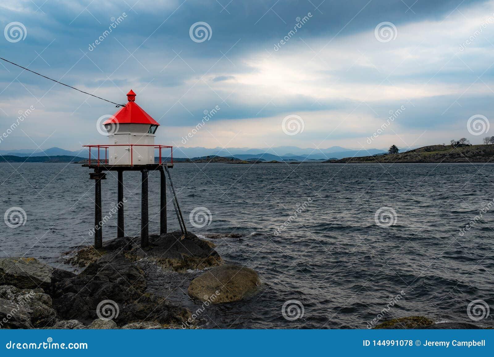 Fyr på fjorden i Norge