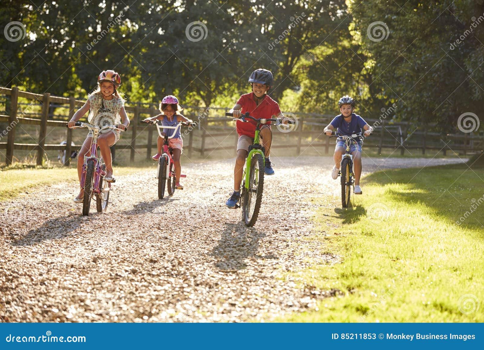 Fyra barn på cirkuleringsritt i bygd tillsammans