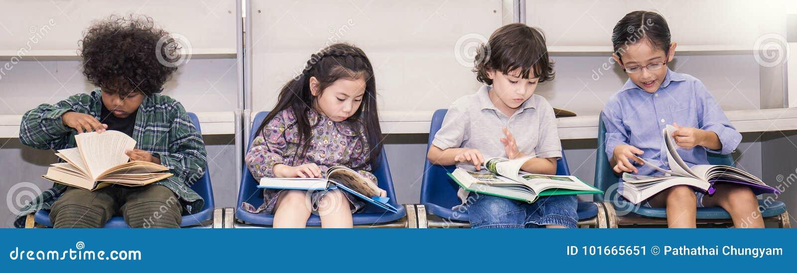 Fyra barn som läser på en stol i klassrumet