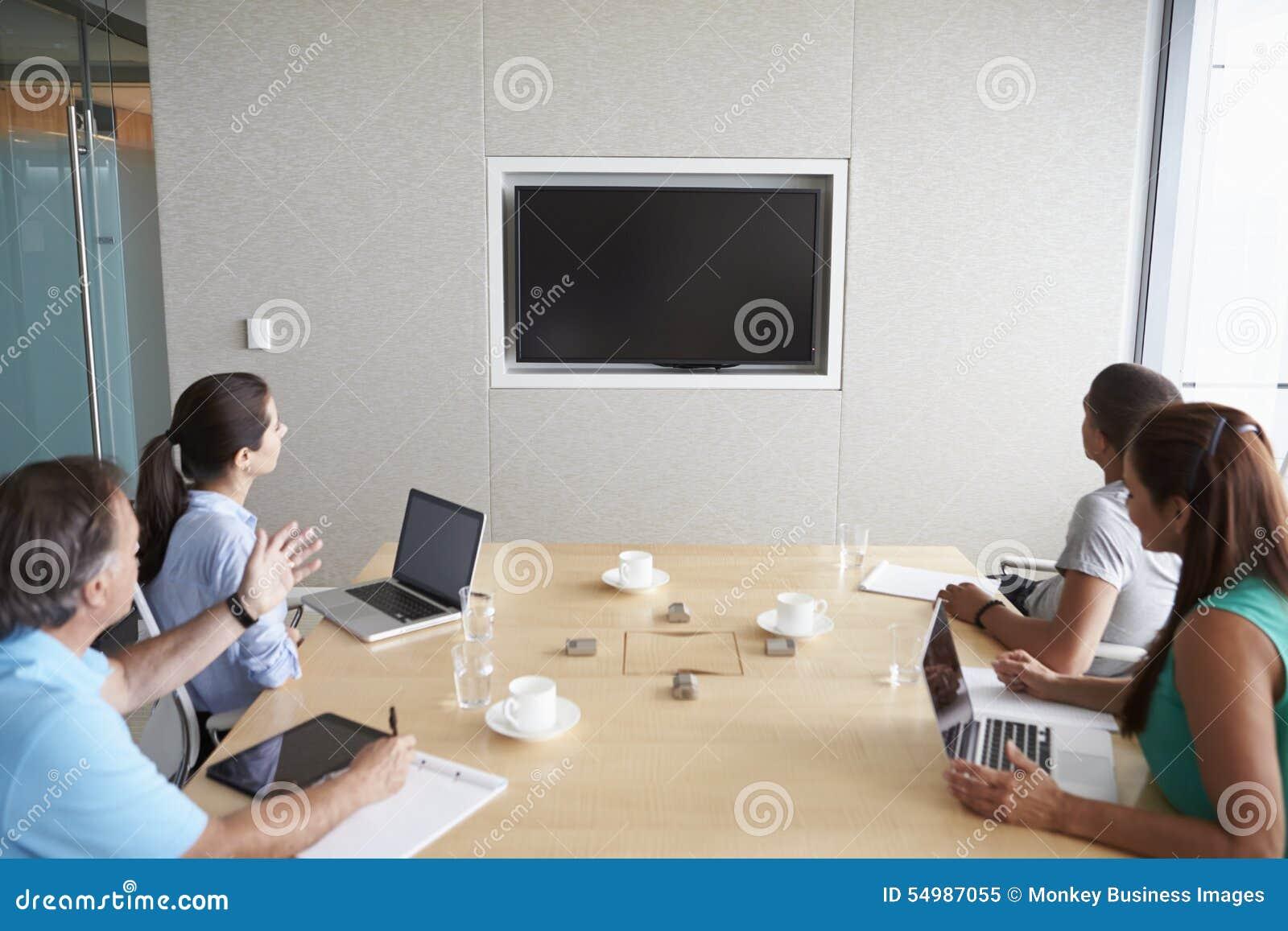 Fyra Businesspeople som har videokonferens i styrelse