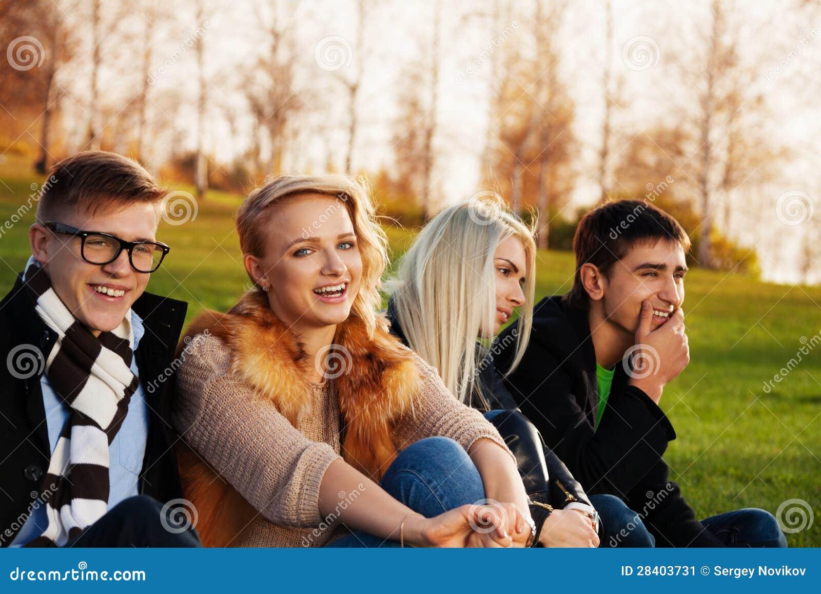 Fyra deltagare som har gyckel i parkera