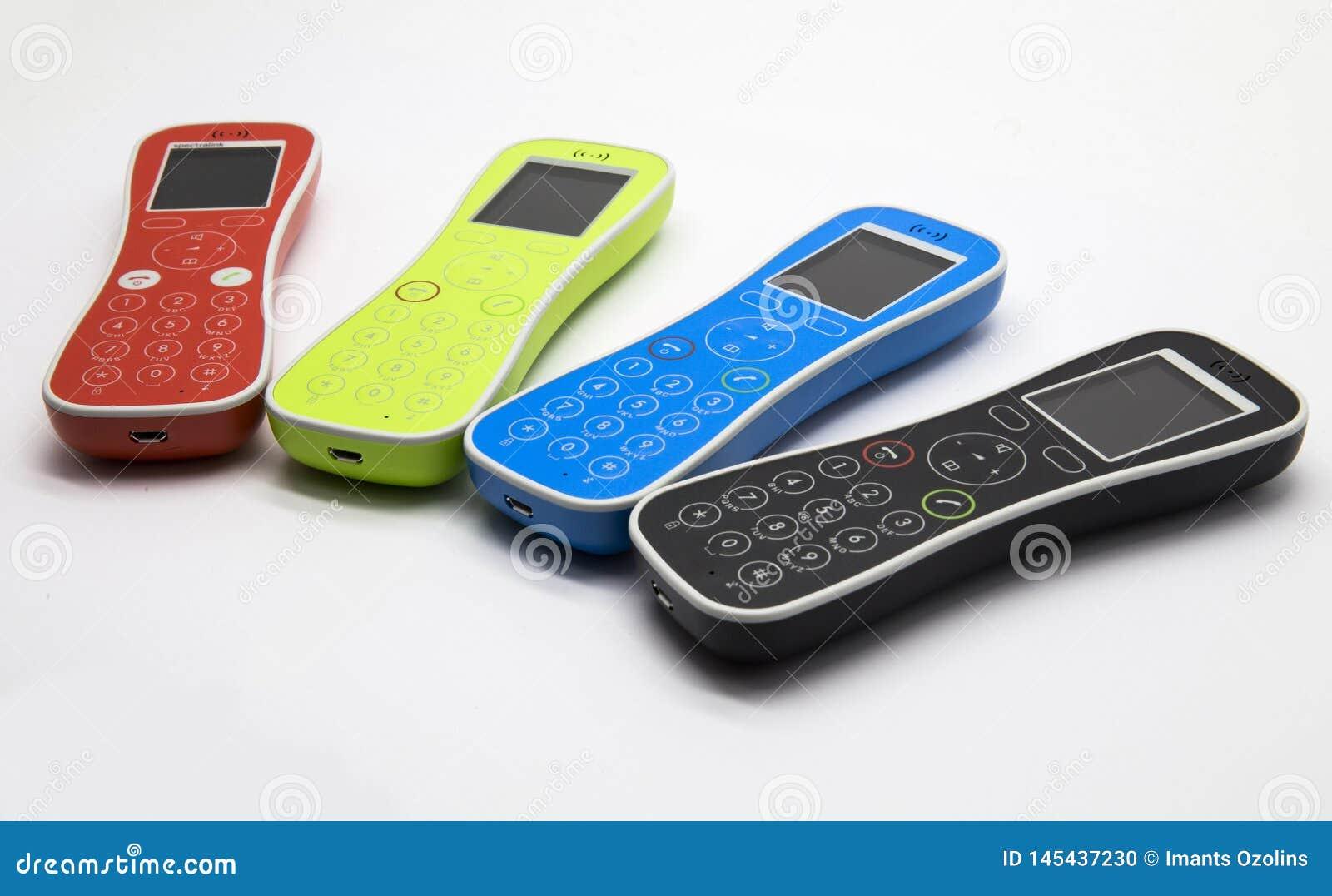 Fyra färgrika telefoner