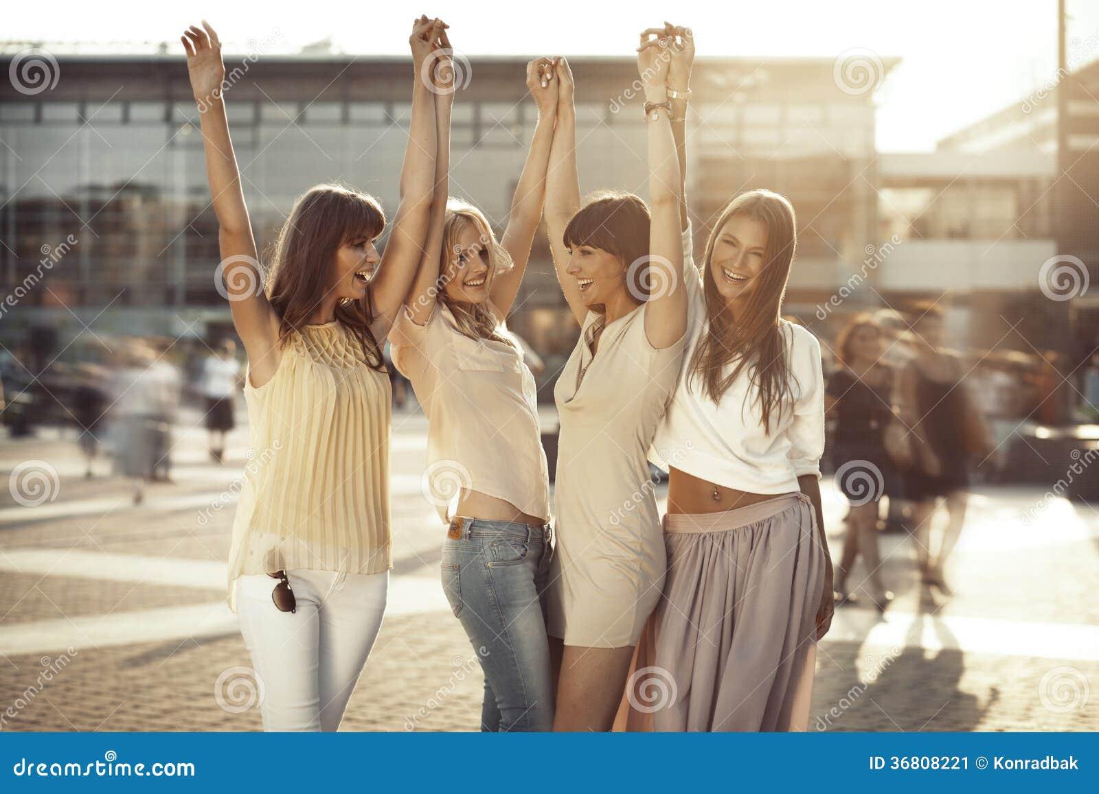 Fyra flickvänner i den segerrika gesten