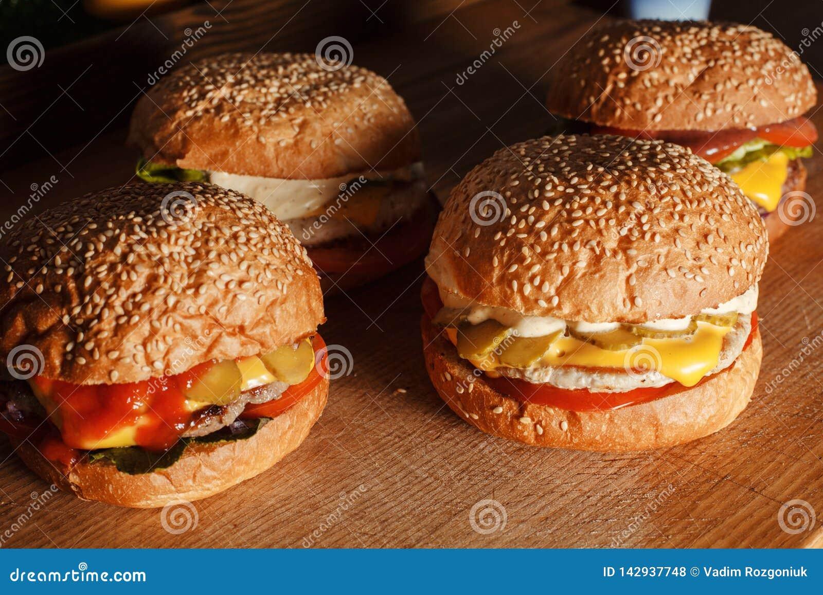 Fyra hamburgare på brädet