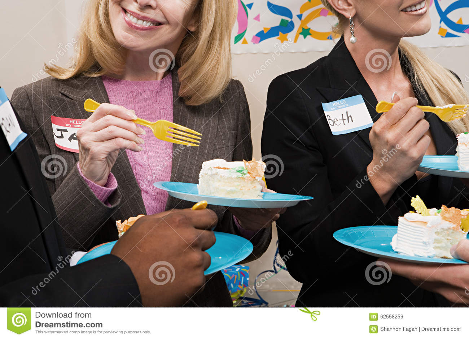 Fyra kontorsarbetare som äter kakan