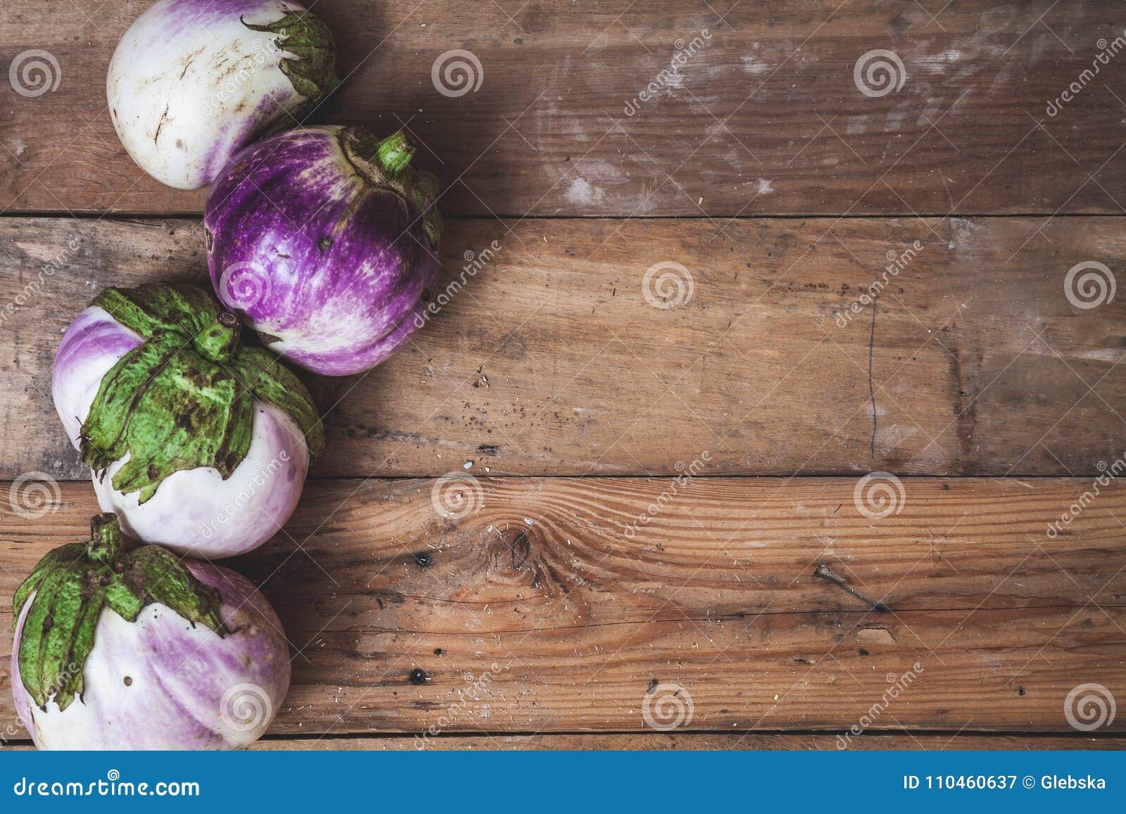 Fyra mogna auberginevariationer av bumboen ligger på bräden