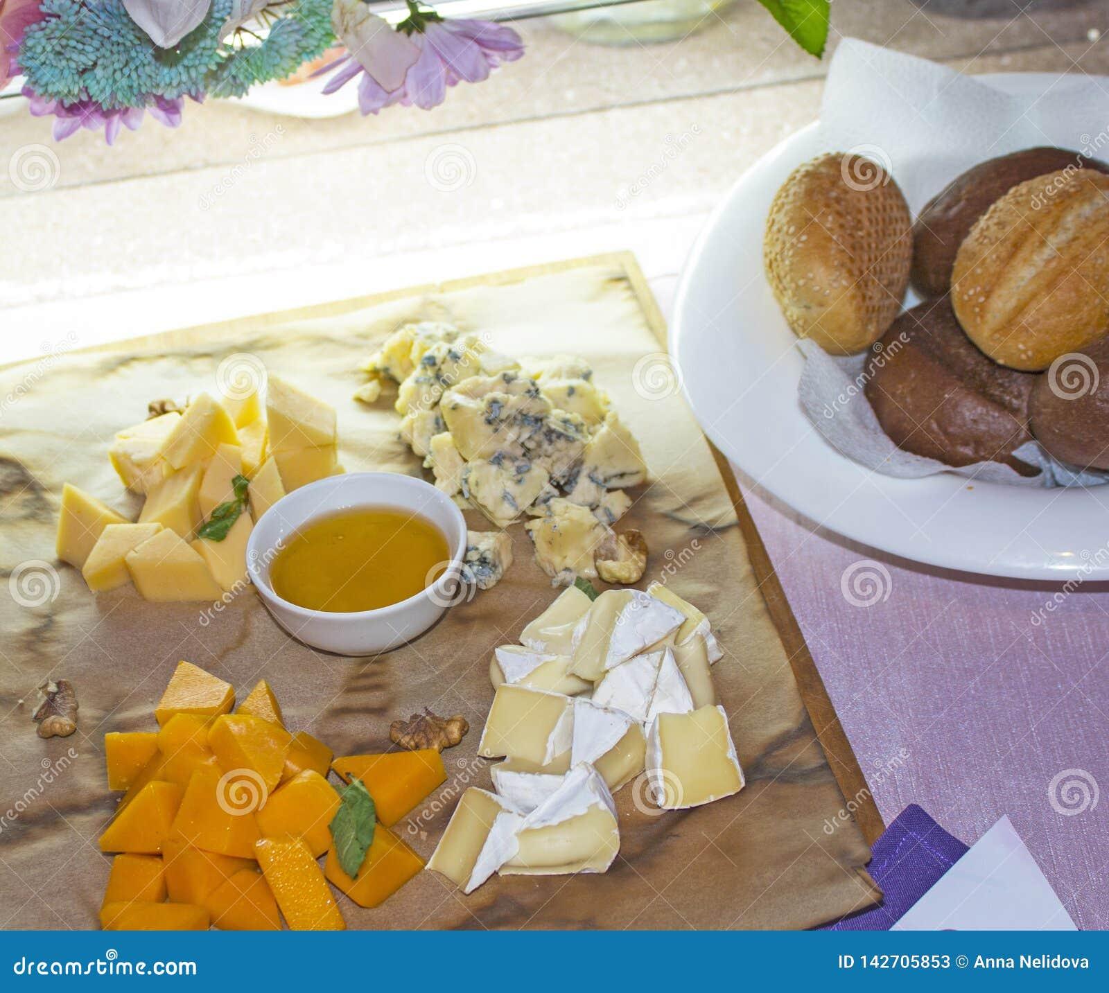 Fyra sorter av ost med honung och bröd