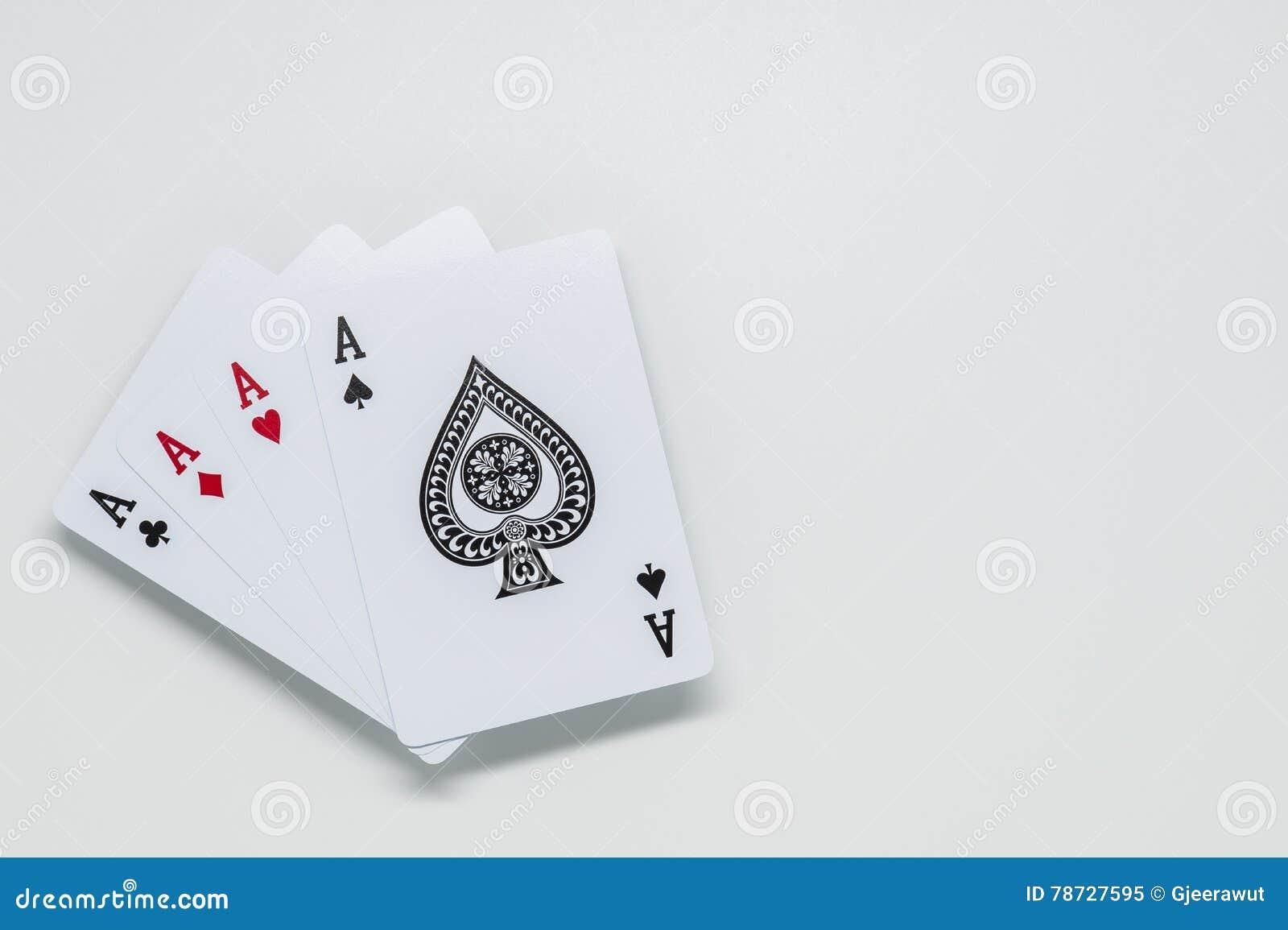 Fyra topp- kort på vit bakgrund och selektiv fokus