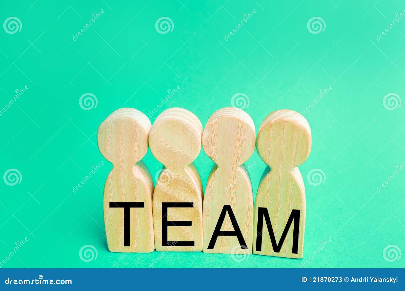 Fyra träpersoner med `en för inskrift`-lag, Grupparbete Teamwork prestation av mål, företags ande sammanhang i laget