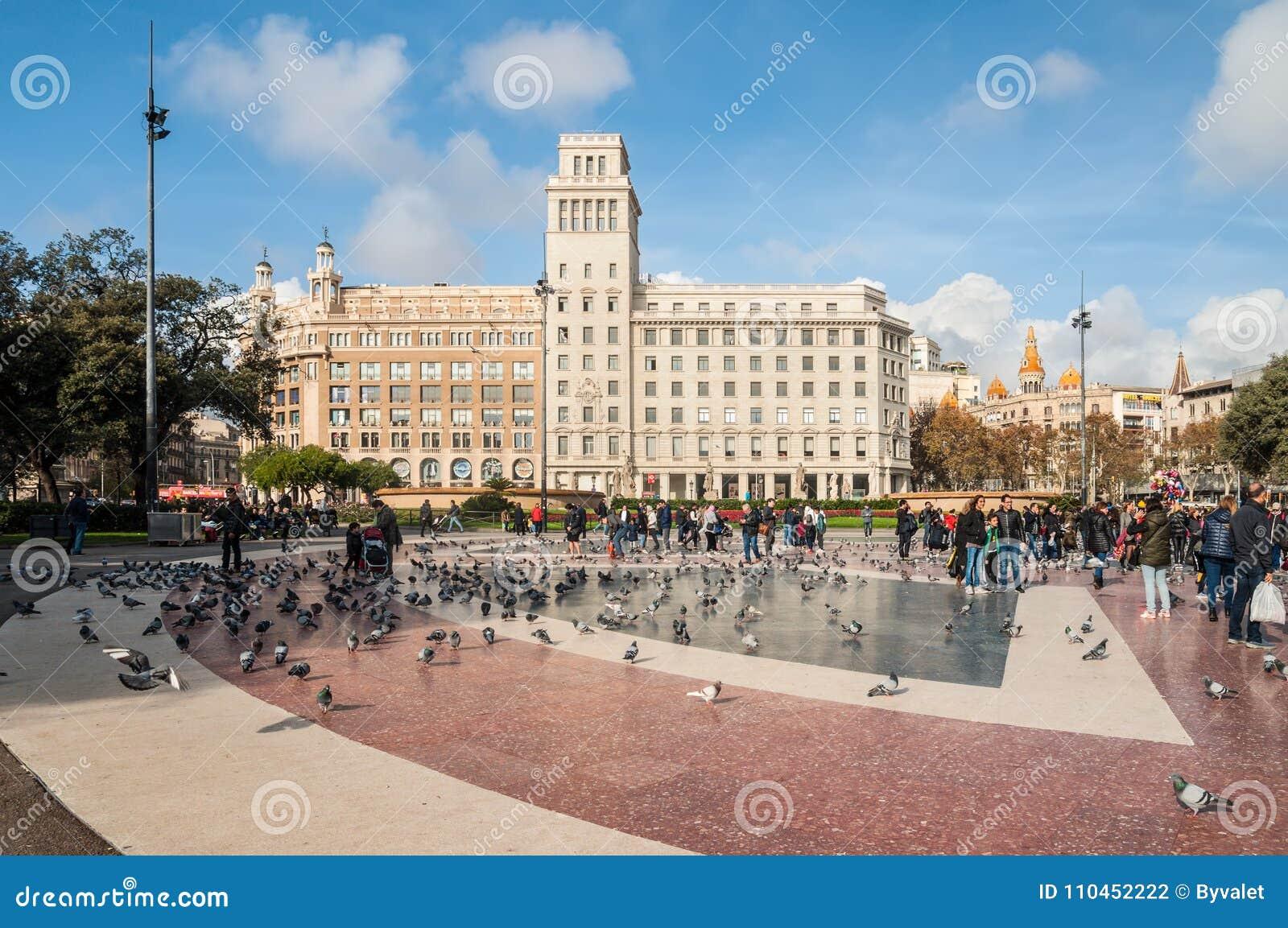 Fyrkant av Catalonia Placa de Catalunya i Barcelona, Spanien