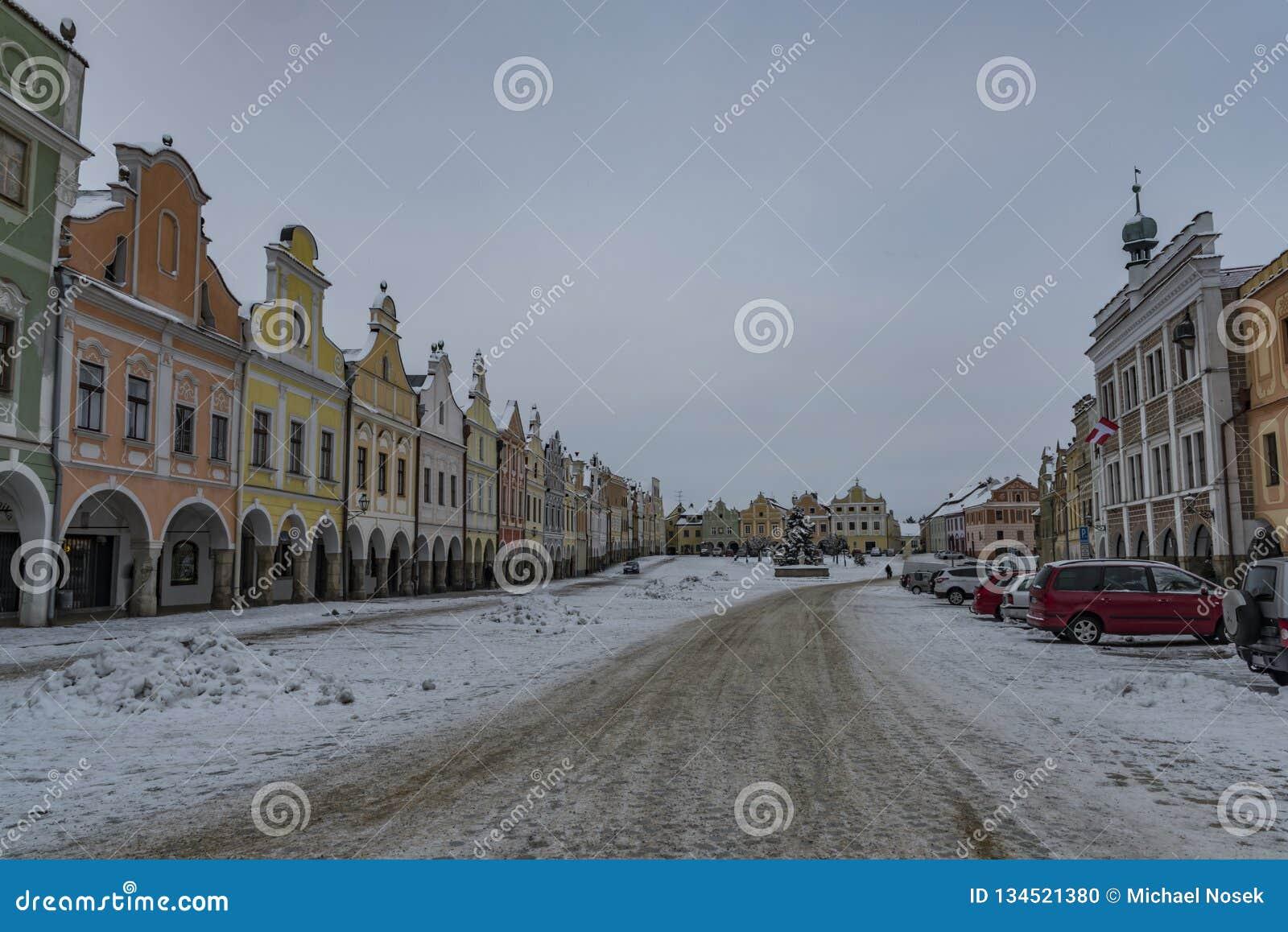 Fyrkant i den gamla Telc staden i mörk kall morgon för vinter