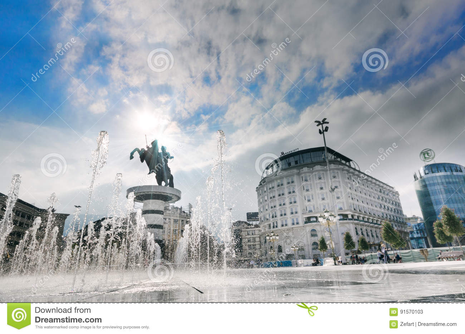 Fyrkant nedanför krigaren på en hästmonument av Skopje
