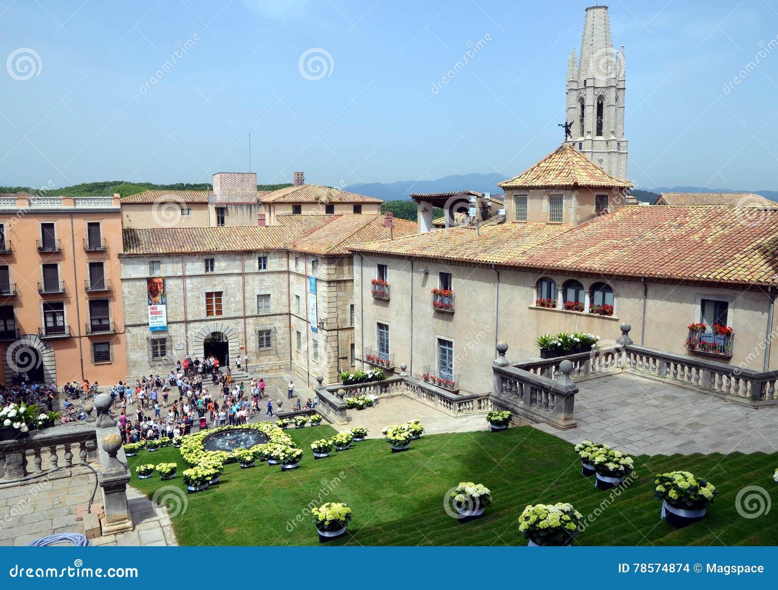Fyrkanten av domkyrkan av Girona under årlig blommafestival
