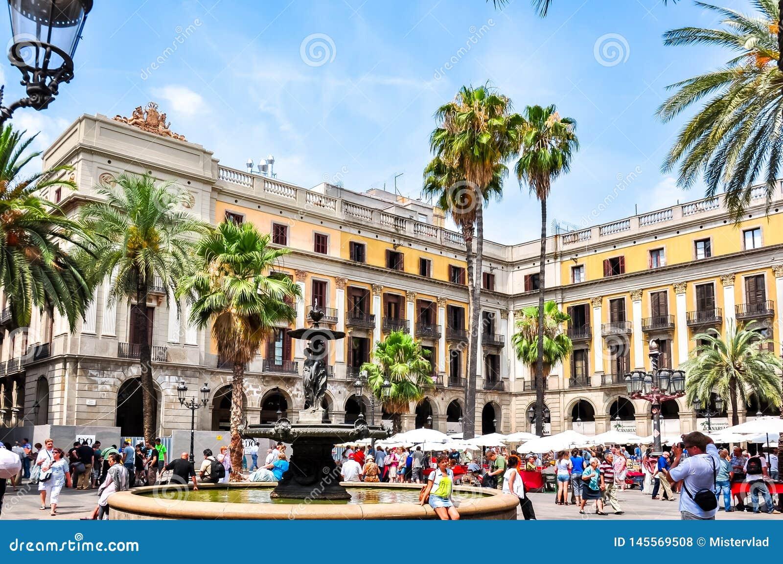 Fyrkantig Plaza f?r kunglig person som ?r verklig i Barcelona, Spanien