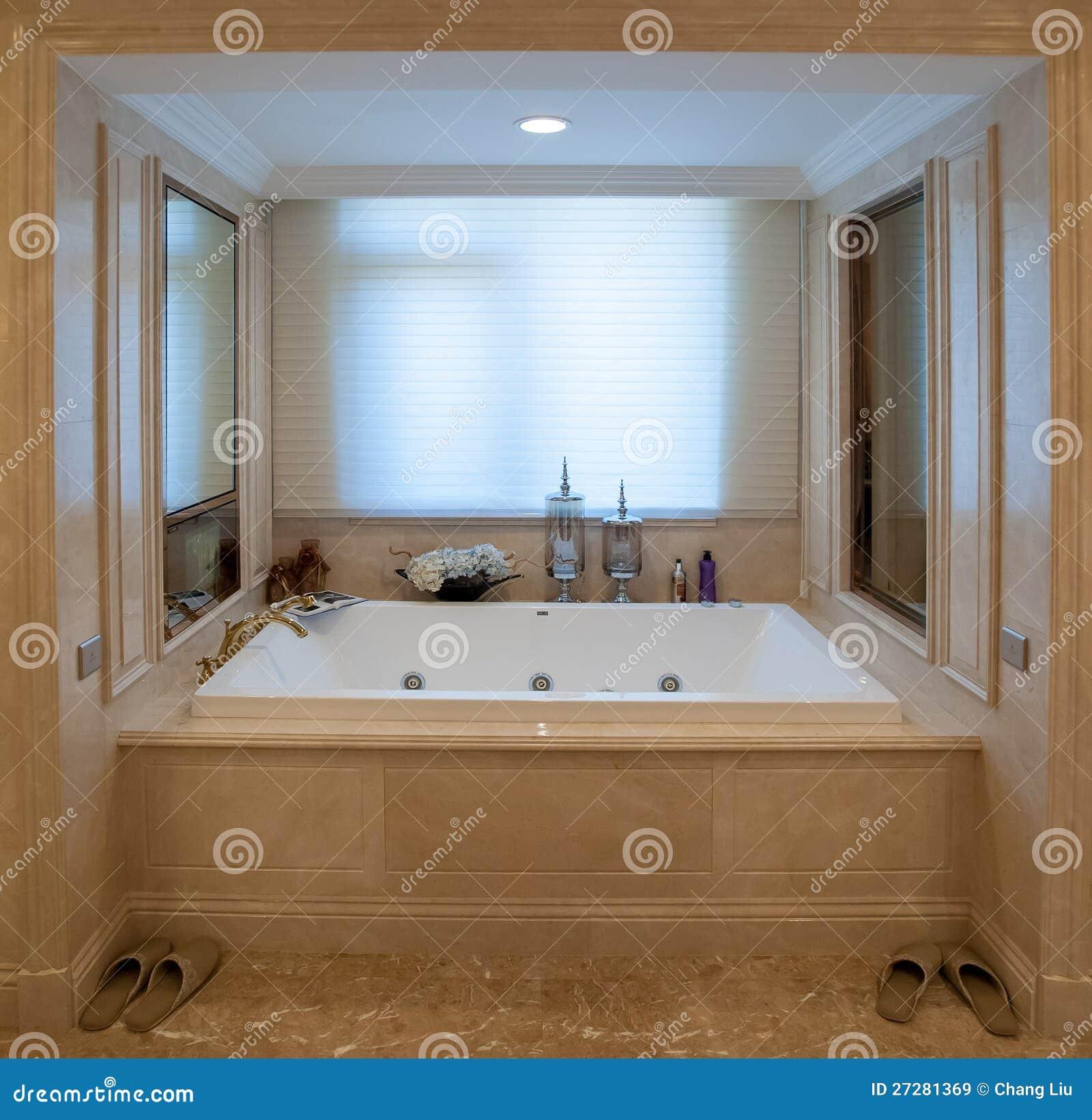 Runt badkar arkivfoto. Bild av lampa, reträtt, vattenkran - 23472894