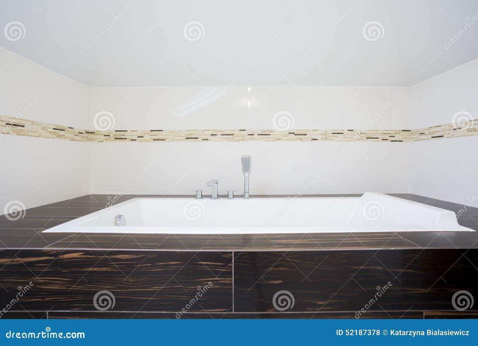 Fyrkantigt badkar inom ljust badrum arkivfoto   bild: 52187378
