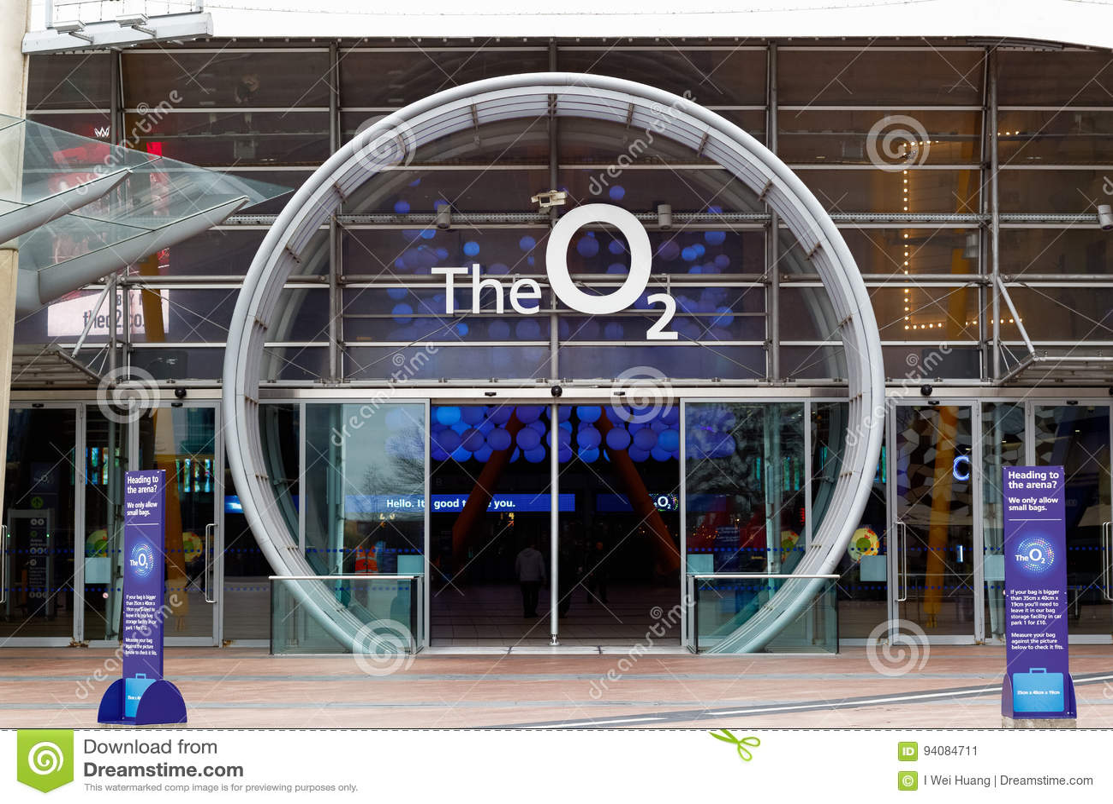 Fyrkantigt leda för halvö till ingången för arena O2 i London