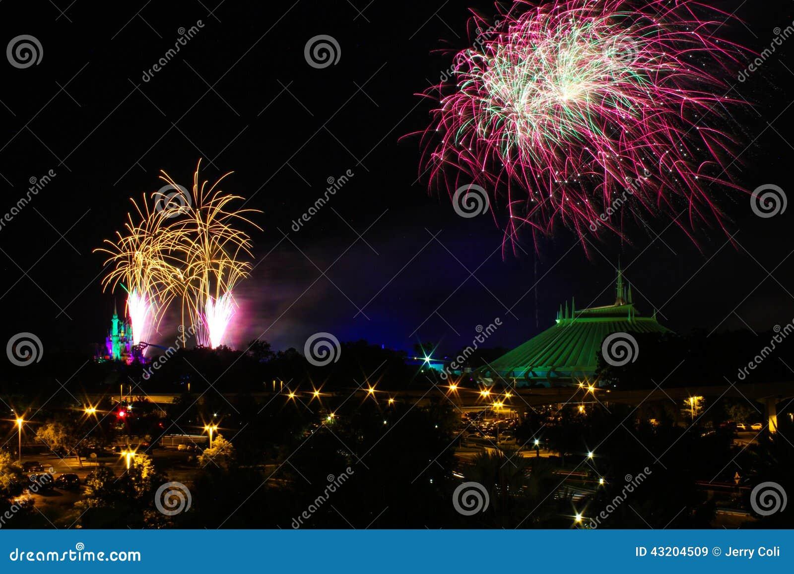 Download Fyrverkerier över Cinderellas Slott Och Utrymmeberget Redaktionell Fotografering för Bildbyråer - Bild av över, disney: 43204509