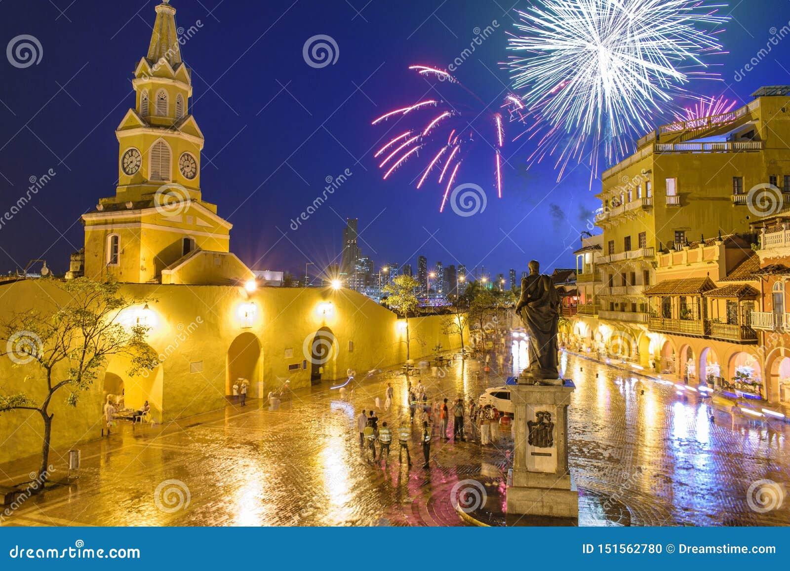 Fyrverkerier över den gamla staden av Cartagena, Colombia