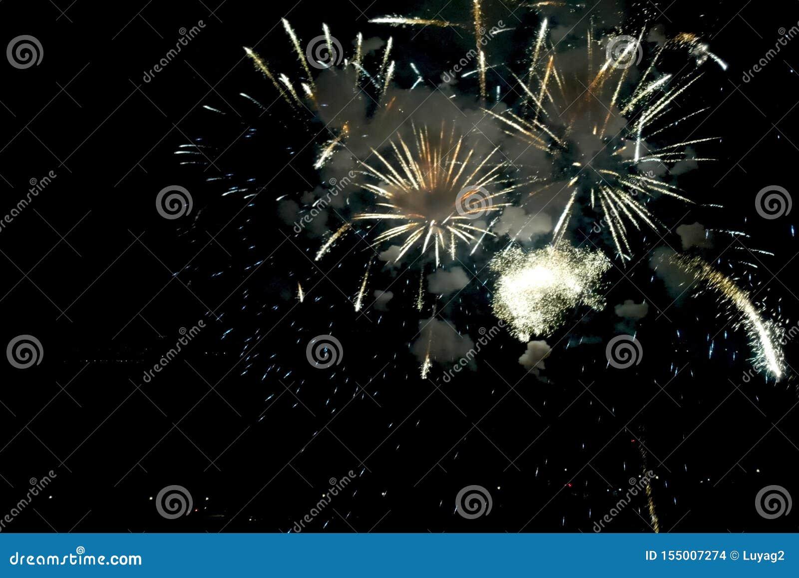 Fyrverkerier för nytt år, inom sikt av fyrverkerier