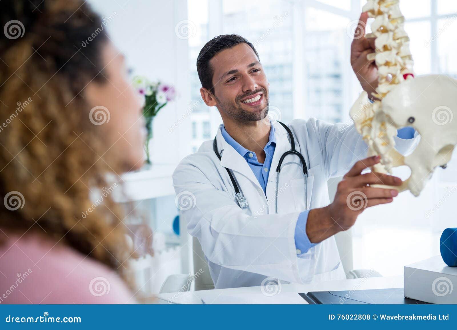 Fysioterapeut som förklarar inbindningsmodellen till patienten