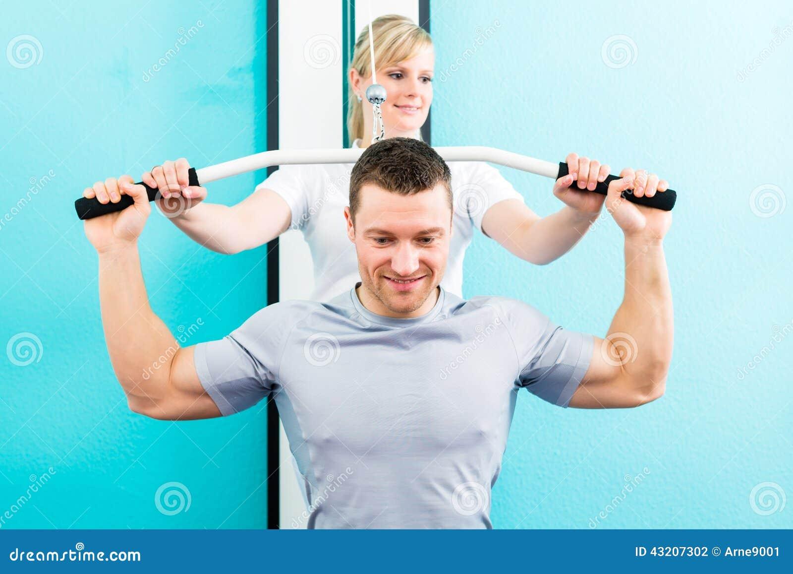 Download Fysioterapeut Som Gör Sportrehabilitering Med Patienten Arkivfoto - Bild av terapi, spänning: 43207302