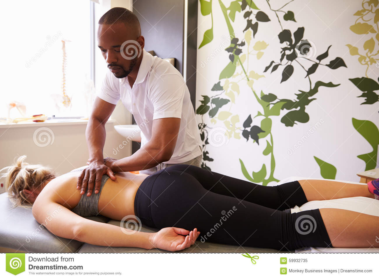 FysioterapeutGiving Female Patient massage i sjukhus