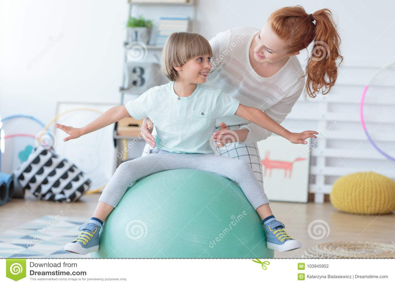 Fysisk terapeut som hjälper pysen