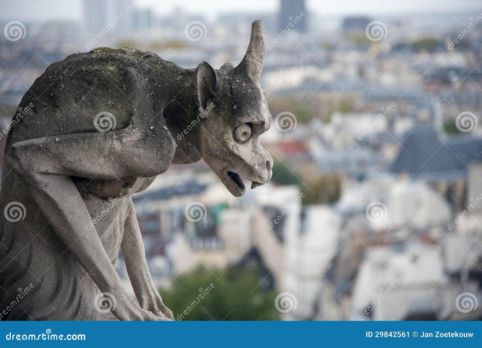 Gárgula de pedra que negligencia Paris de Notre Dame