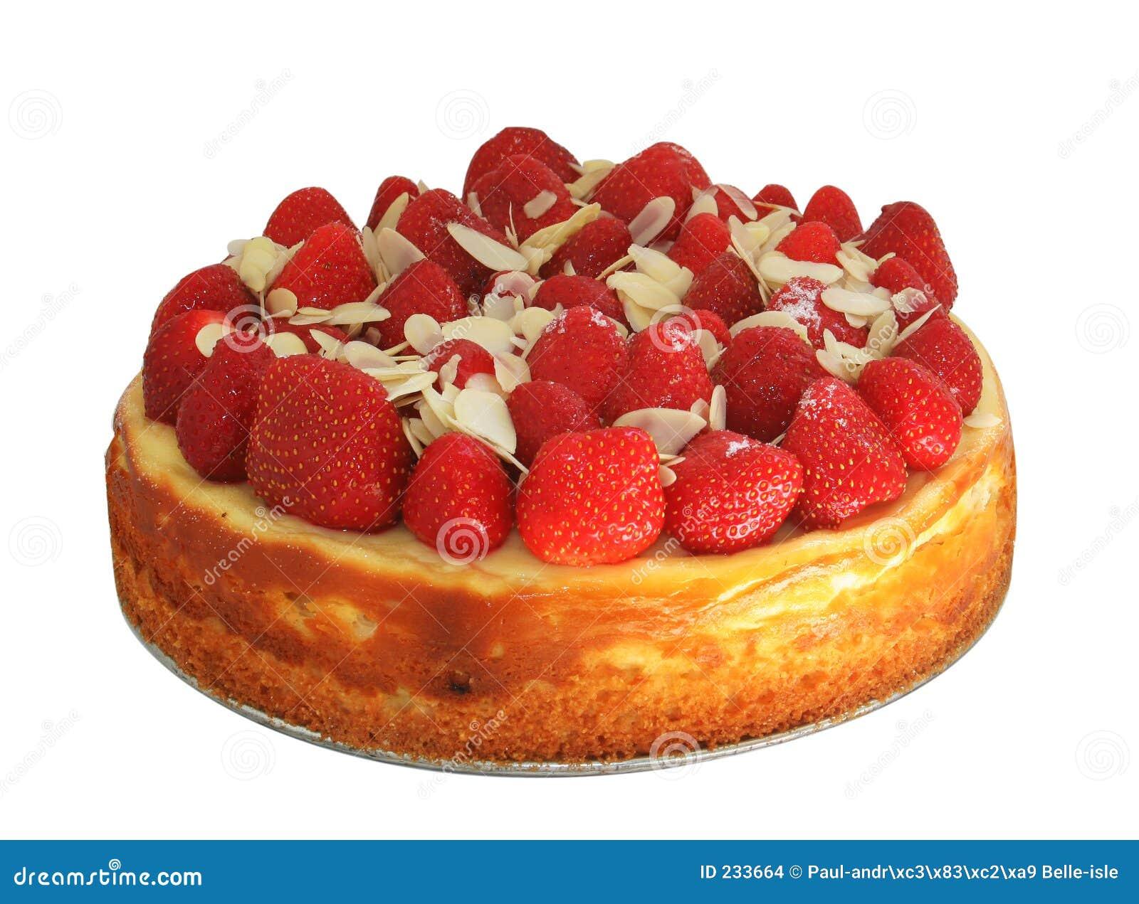 Gâteau au fromage avec des fraises et des amandes