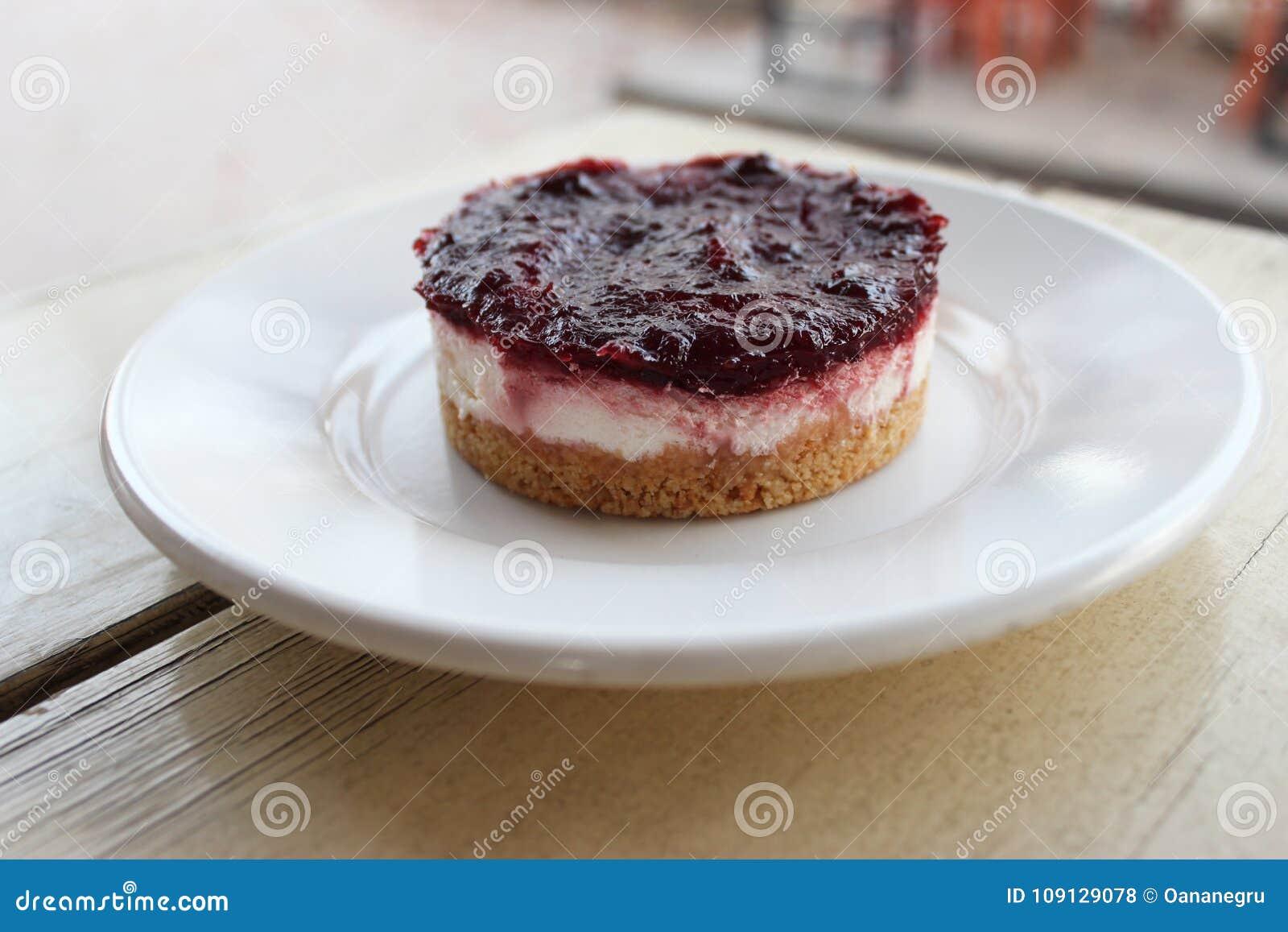 Gâteau au fromage crémeux avec le bonbon à baie sur le dessus