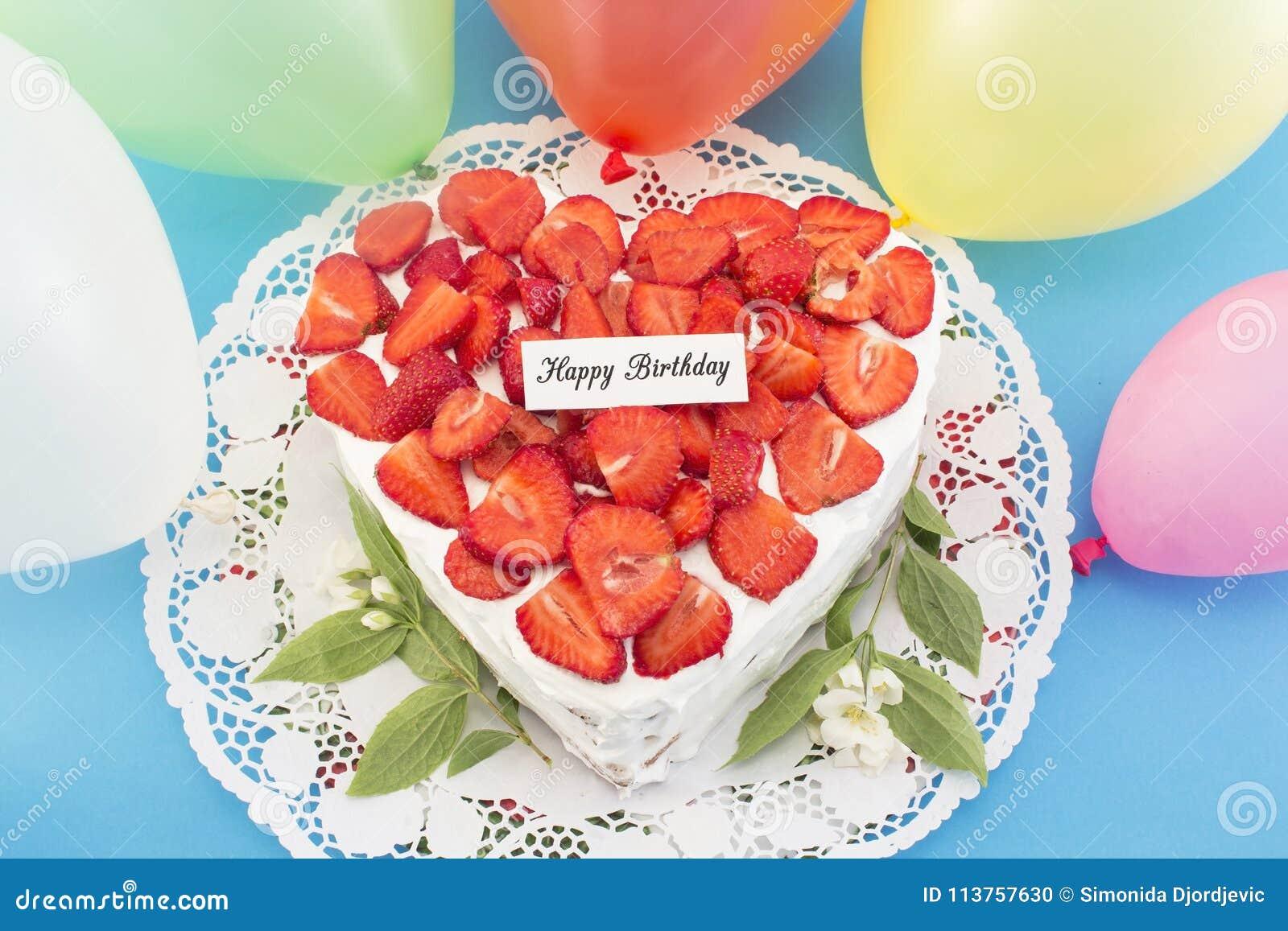 Gâteau au fromage d anniversaire avec des fraises