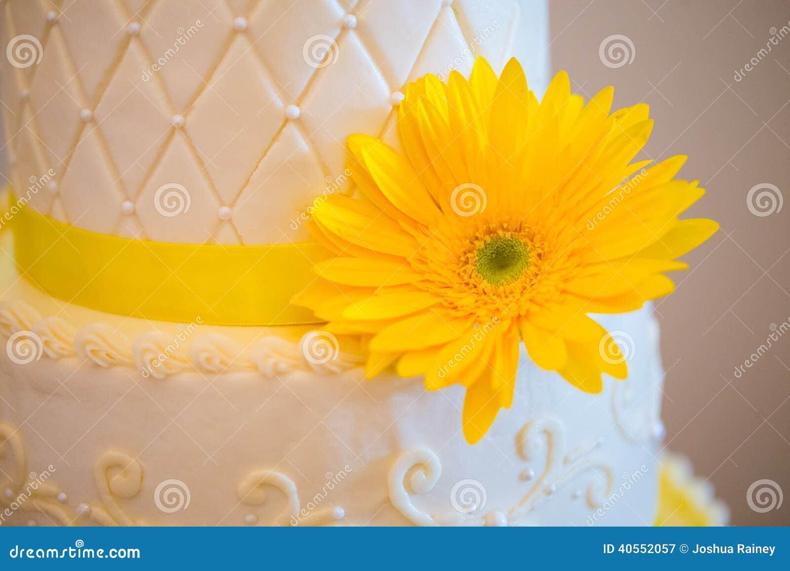 Gâteau Blanc Et Jaune De Réception De Mariage Photo stock - Image ...