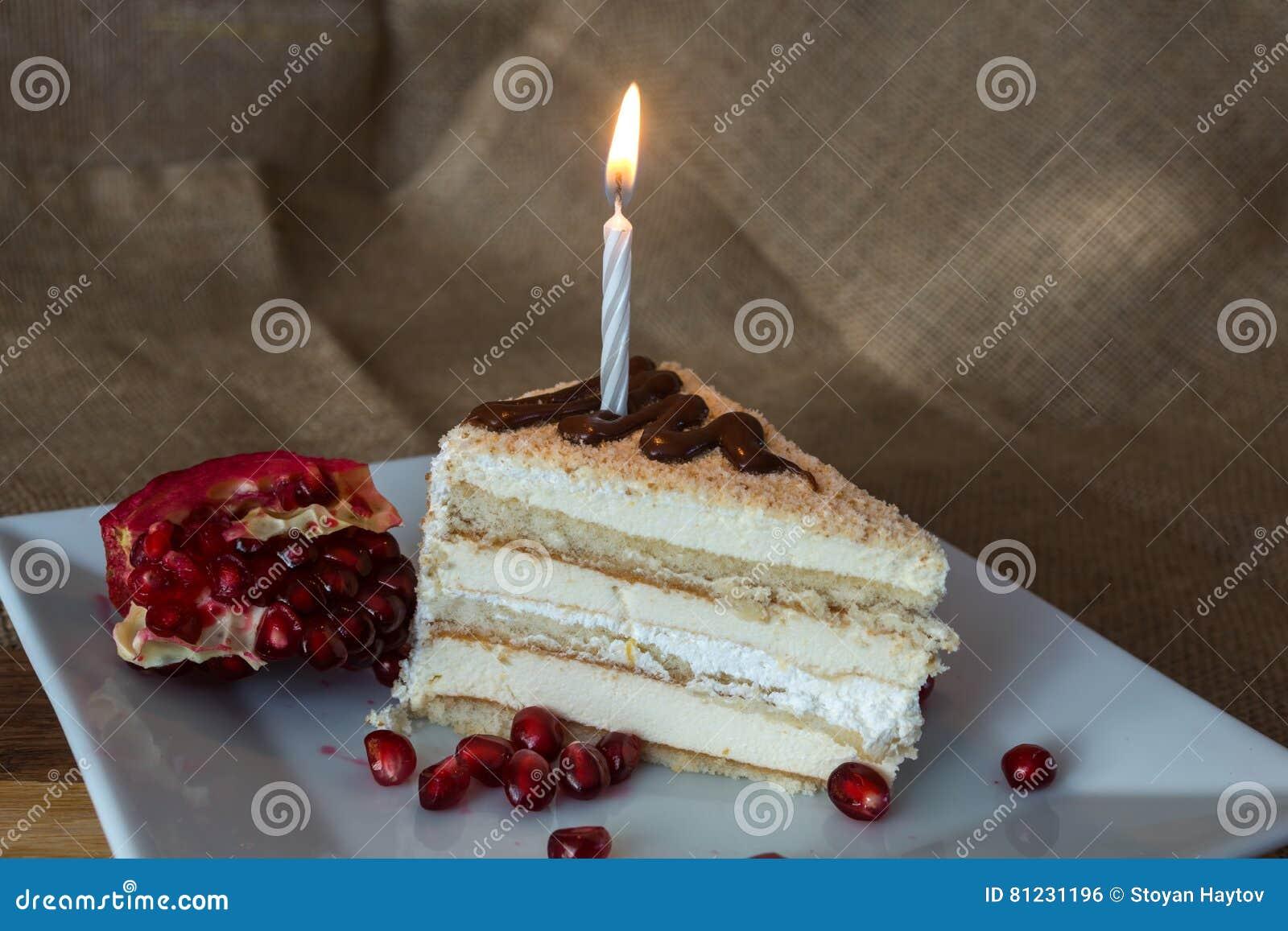 gâteau crème fait maison de partie avec des graines de bougie et de